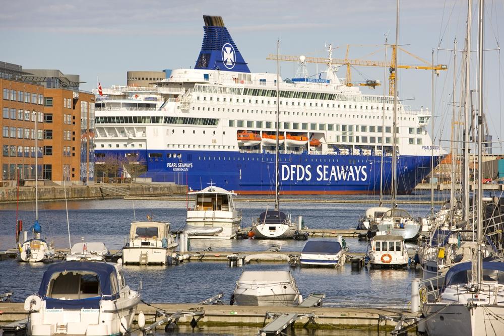 DFDS' har 30 europæiske sejlruter, den største med såvel overnattende passagerer som fragt er København-Oslo, der har 765.000 rejsende om året. Ruten sejles dagligt i begge retninger. Her er det ét af skibene, Pearl Seaways, pressefoto: Dennis Rosenfeldt, Copenhagen Malmo Port, CMP.