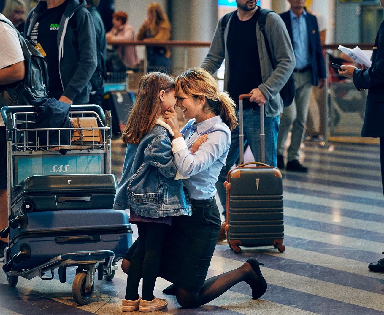 """Gensynsglæde i ankomsthallen i Københavns Lufthavn under optagelserne til SAS-kampagnen """"Arrivals,"""" der nu har vundet tre marketingpriser. Foto: Peter Funch for SAS."""
