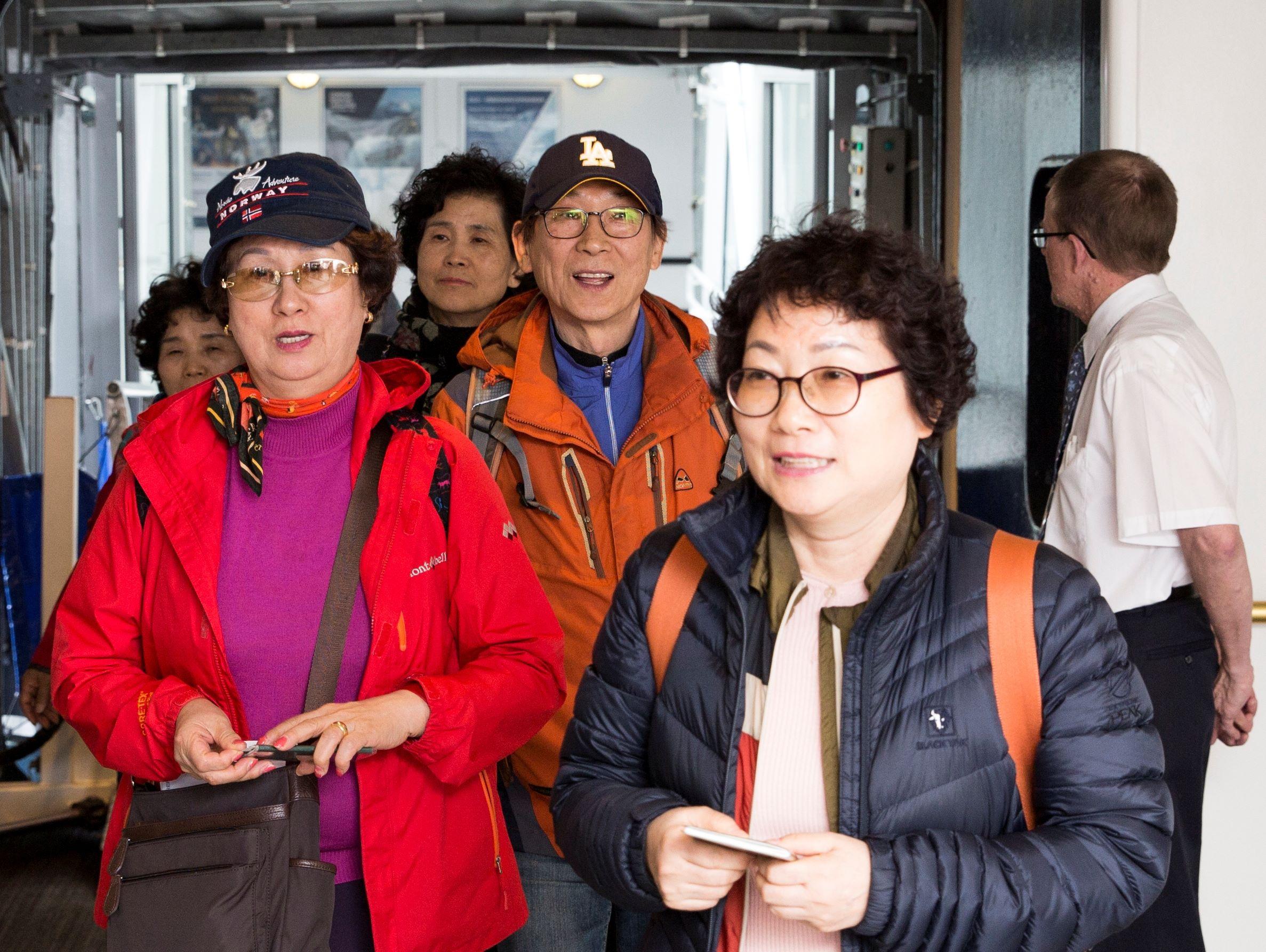 På nogle afgange i højsæsonen har DFDS mellem København og Oslo op til 80 procent gæster fra Asien. Her går asiatiske passagerer ombord på et af DFDS' skibe på den store rute. Foto: DFDS.