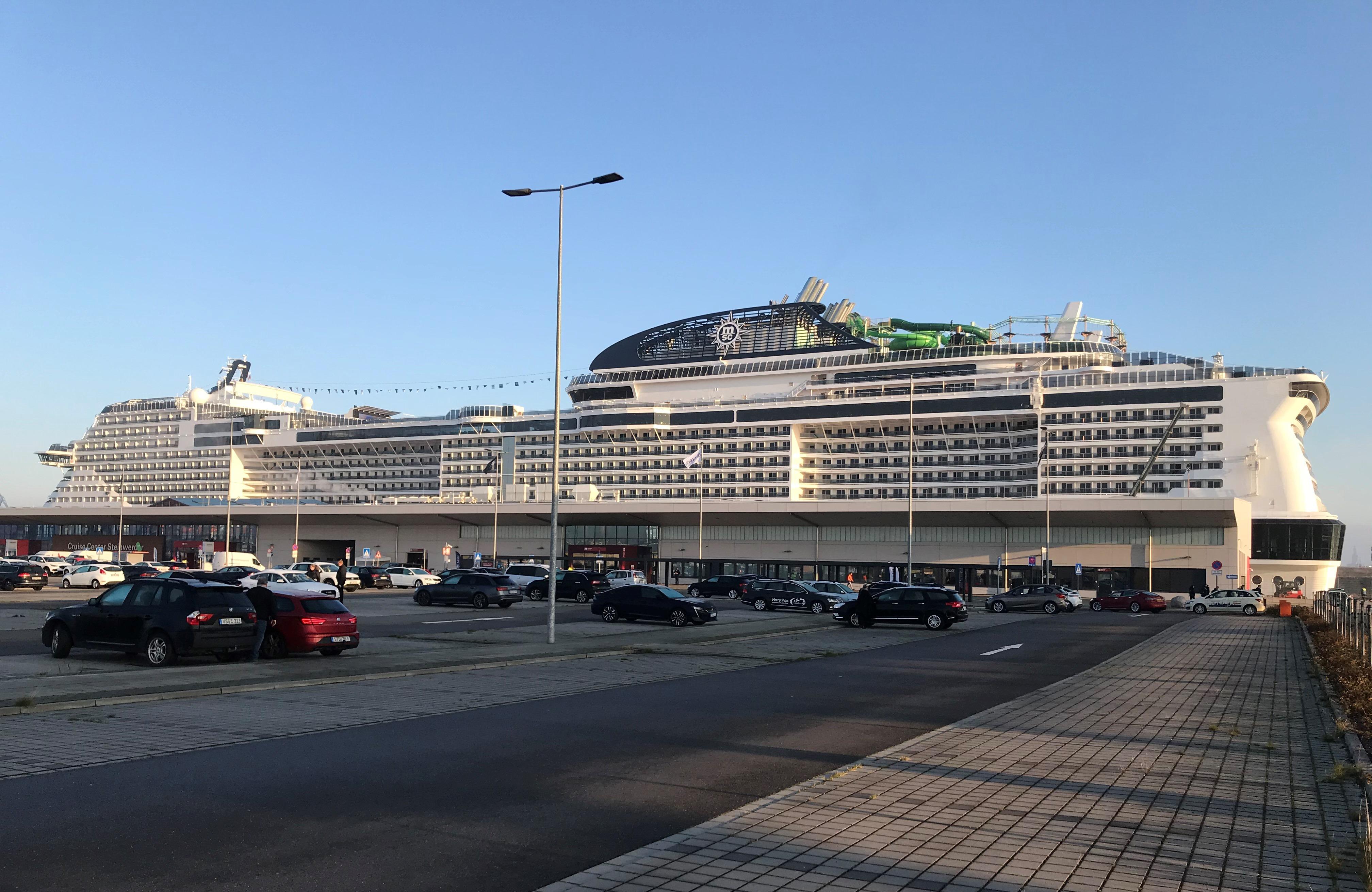 MSC Grandiosa ved Steinwerder-terminalen i Hamborg Havn. (Foto: Ole Kirchert Christensen)