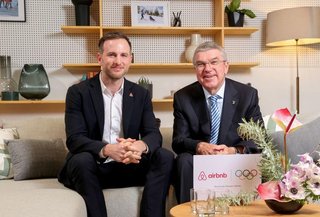 Klar til samarbejde mellem Airbnb og IOC, til venstre Joe Gebbia, medstifter af Airbnb, og IOC-præsident Thomas Bach. Pressefoto for Airbnb: Matt Alexander, PA Wire.