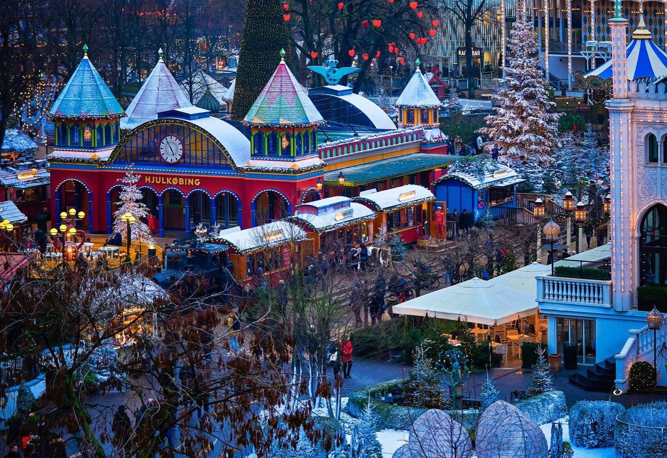 Et kig ned over Tivoli under julesæsonen sidste år – på lørdag begynder årets Jul i Tivoli. Der bruges i år over 30 millioner kroner på driften og klargøringen af Jul i Tivoli. Foto for Tivoli: Lasse Salling.