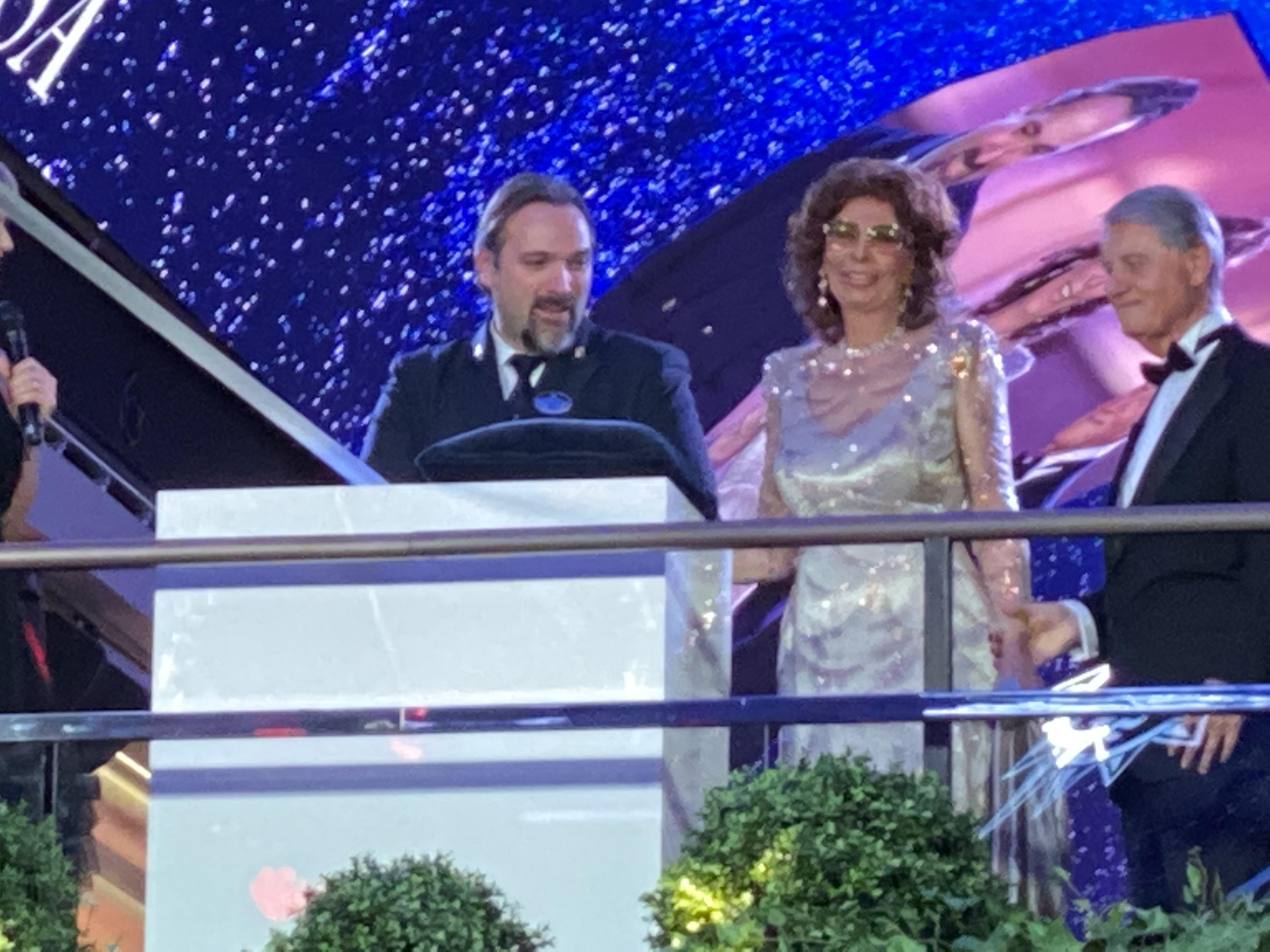 Kaptajnen på MSC Grandiosa får hjælp fra Sophia Loren til skibsdåben. (Foto: Jesper Boas Smith)