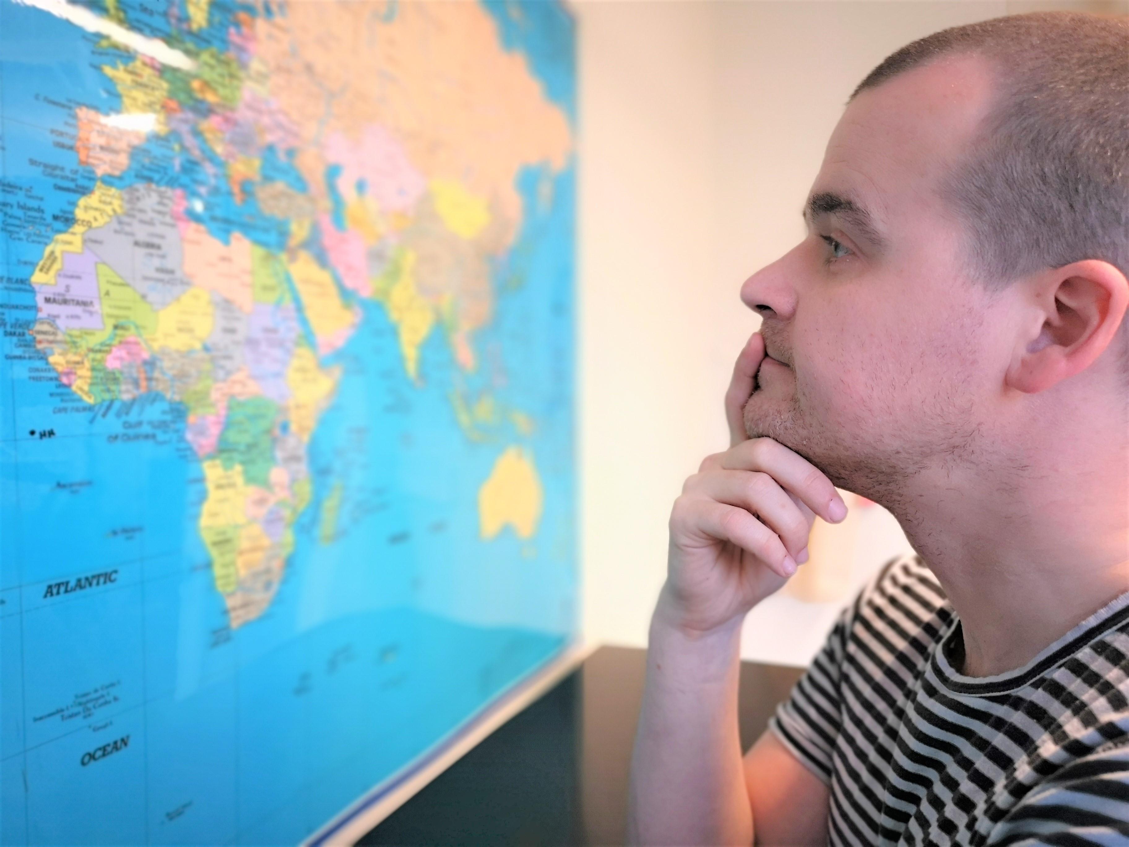 """""""Jeg er ikke et rejsebureau. Jeg er rejsemægler,"""" sigerTobias Skudstrup, der via sin hjemmeside vil gøre det nemmere at bestille grupperejser. Foto: Erhvervsakademi Dania."""
