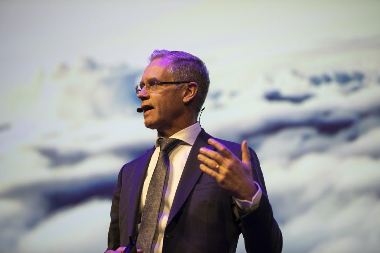 Rickard Gustafson på scenen på Tivoli Hotel & Congress Center under Horestas årsdag i går, torsdag, hvor han talte om miljø, flyskam og fremtidens fly. Foto: Horesta.