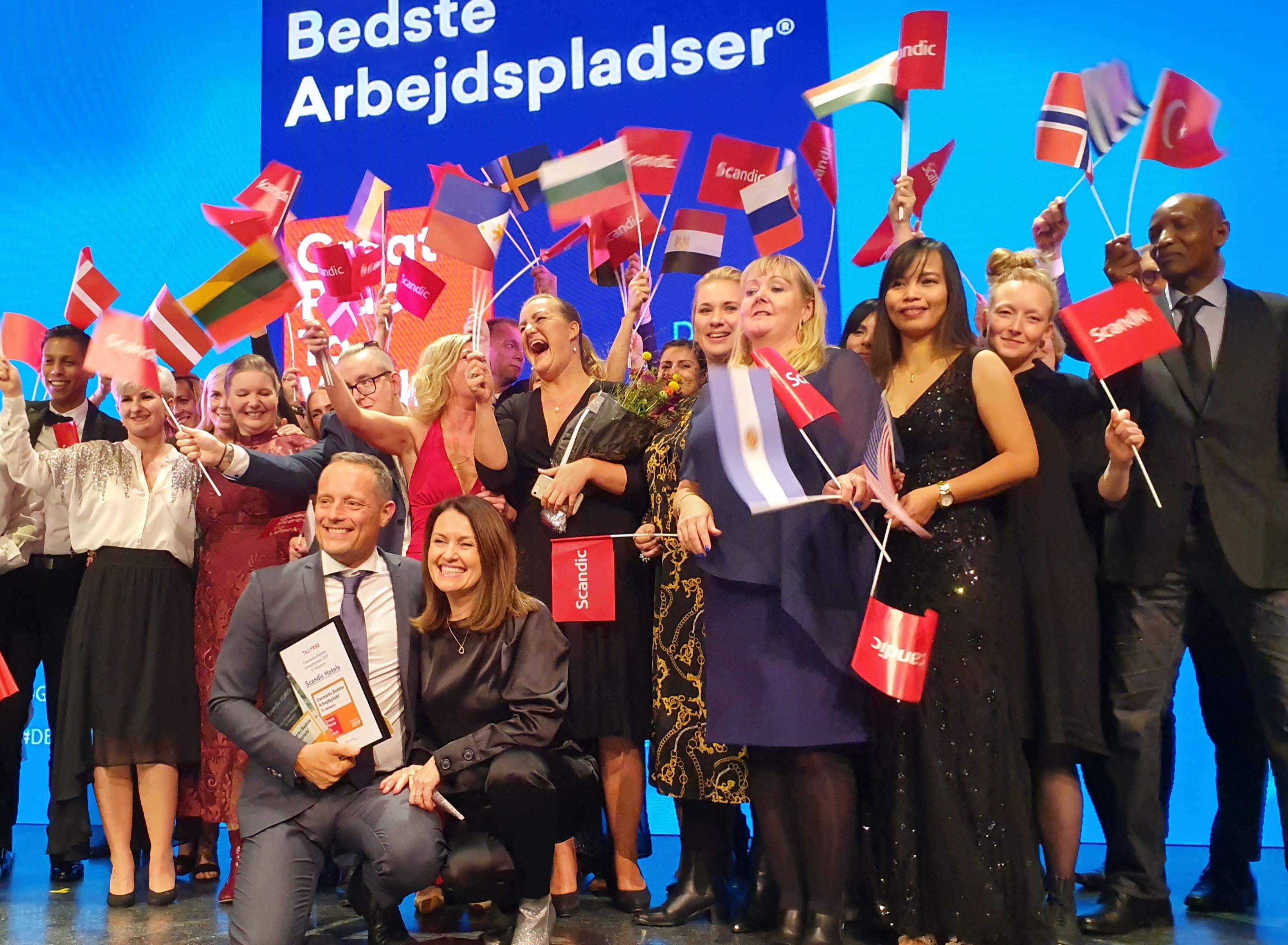 Scandic, Danmarks største hotelkæde, modtog igen i år prisen for bedst til inklusion – fra prisoverrækkelsen i aftes i Cirkusbygningen ses forrest Scandics administrerende direktør Søren Faerber og HR-direktør Anne Mette Pedersen, med en masse kolleger. Foto: Scandic.