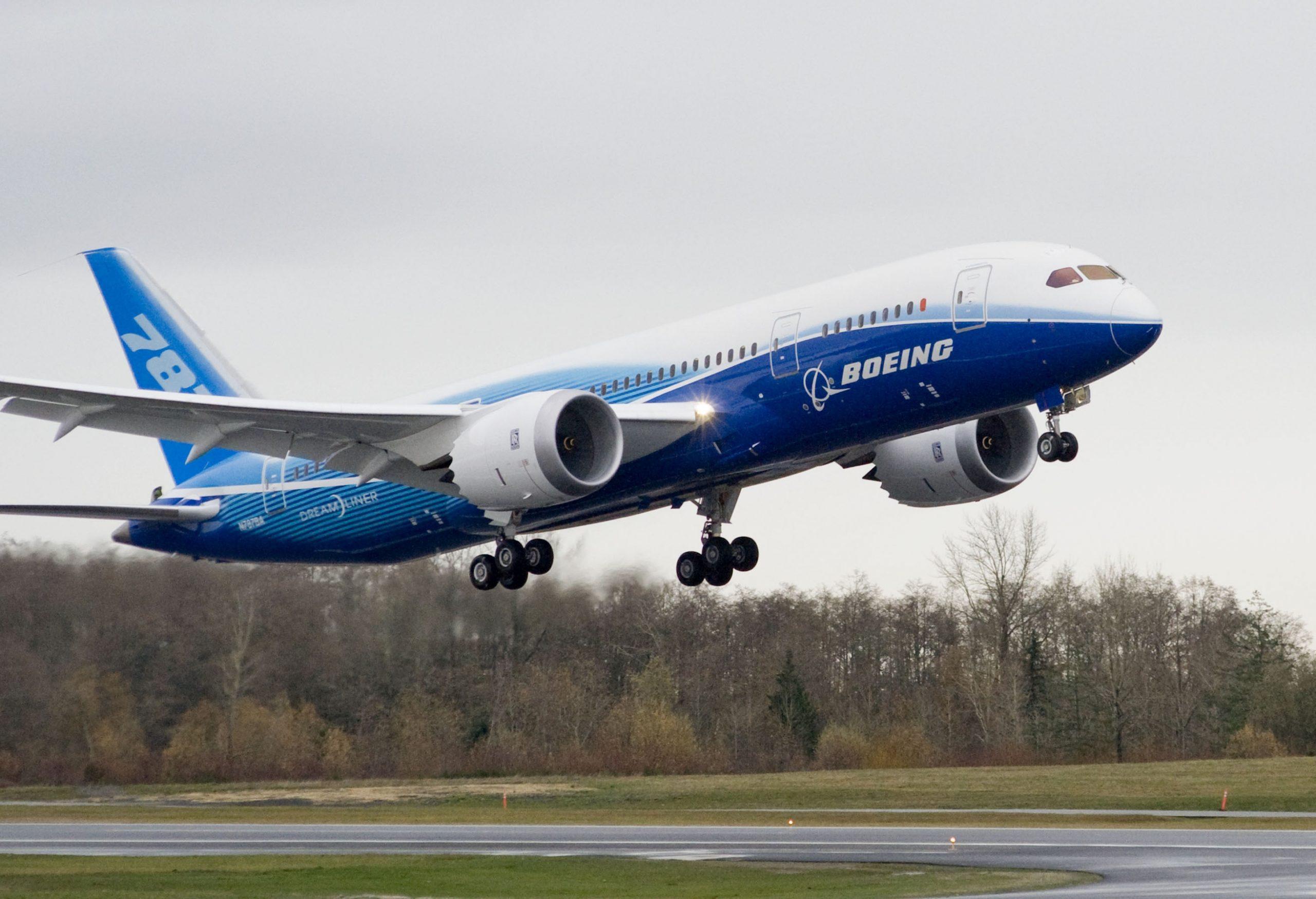 Den første testflyvning af en Boeing B787 letter i december 2009 fra Everett ved Seattle – foreløbig flyver over 900 eksemplarer af typen. Pressefoto: Boeing.
