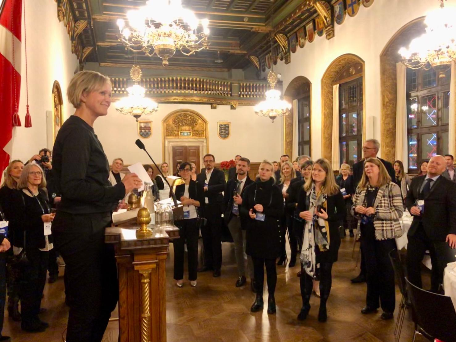 Beskæftigelsesborgmester i Københavns Kommune, Cecilia Lonning-Skovgaard, taler på Københavns Rådhus til BestCities Global Alliance under dens medlemsmøde i København. Foto: Linkedin, Cecilia Lonning-Skovgaard.