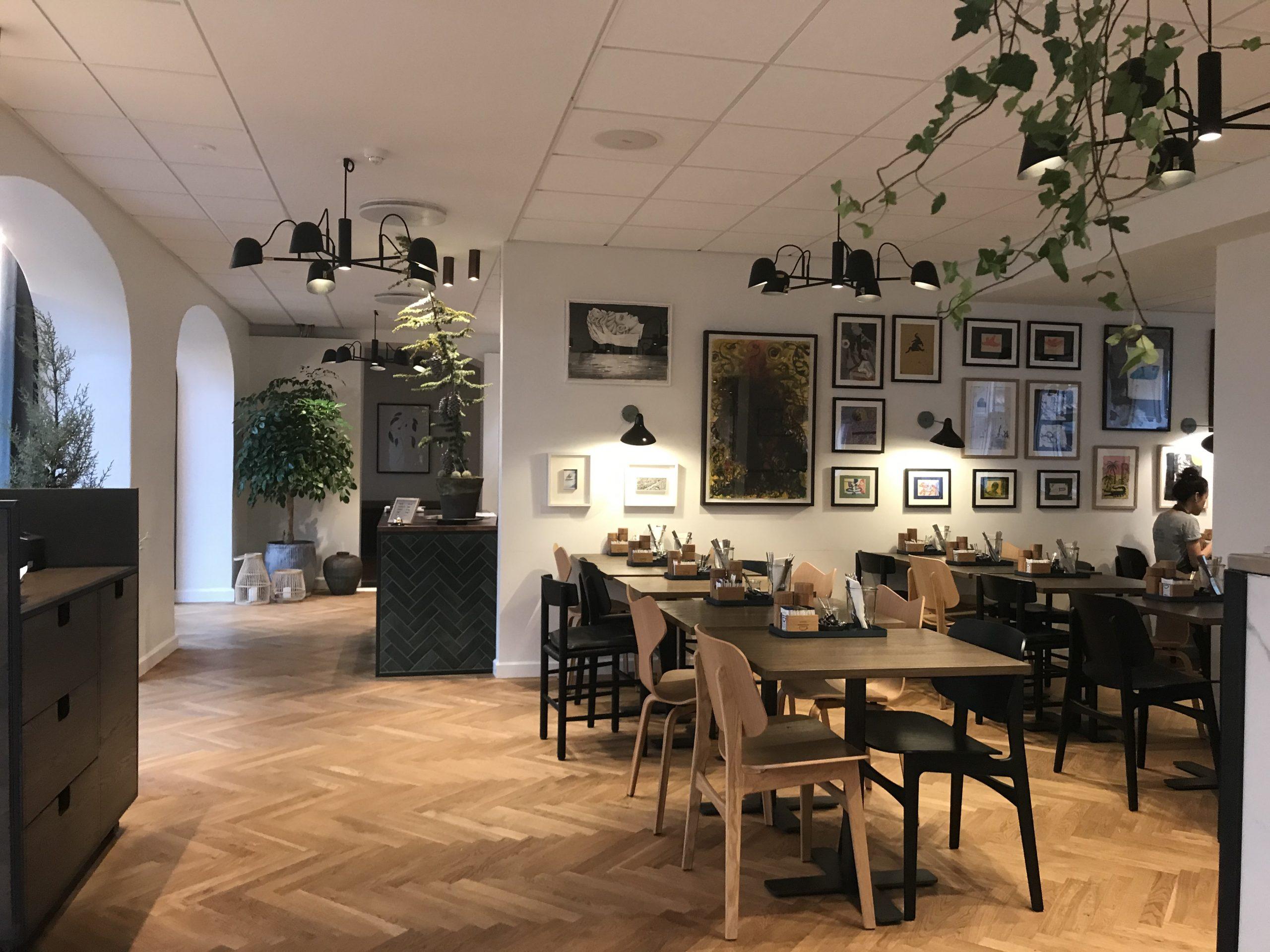 Den smagfuldt indrettede morgenmadsrestaurant på Hotel Kong Arthur. (Foto: Ole Kirchert Christensen)