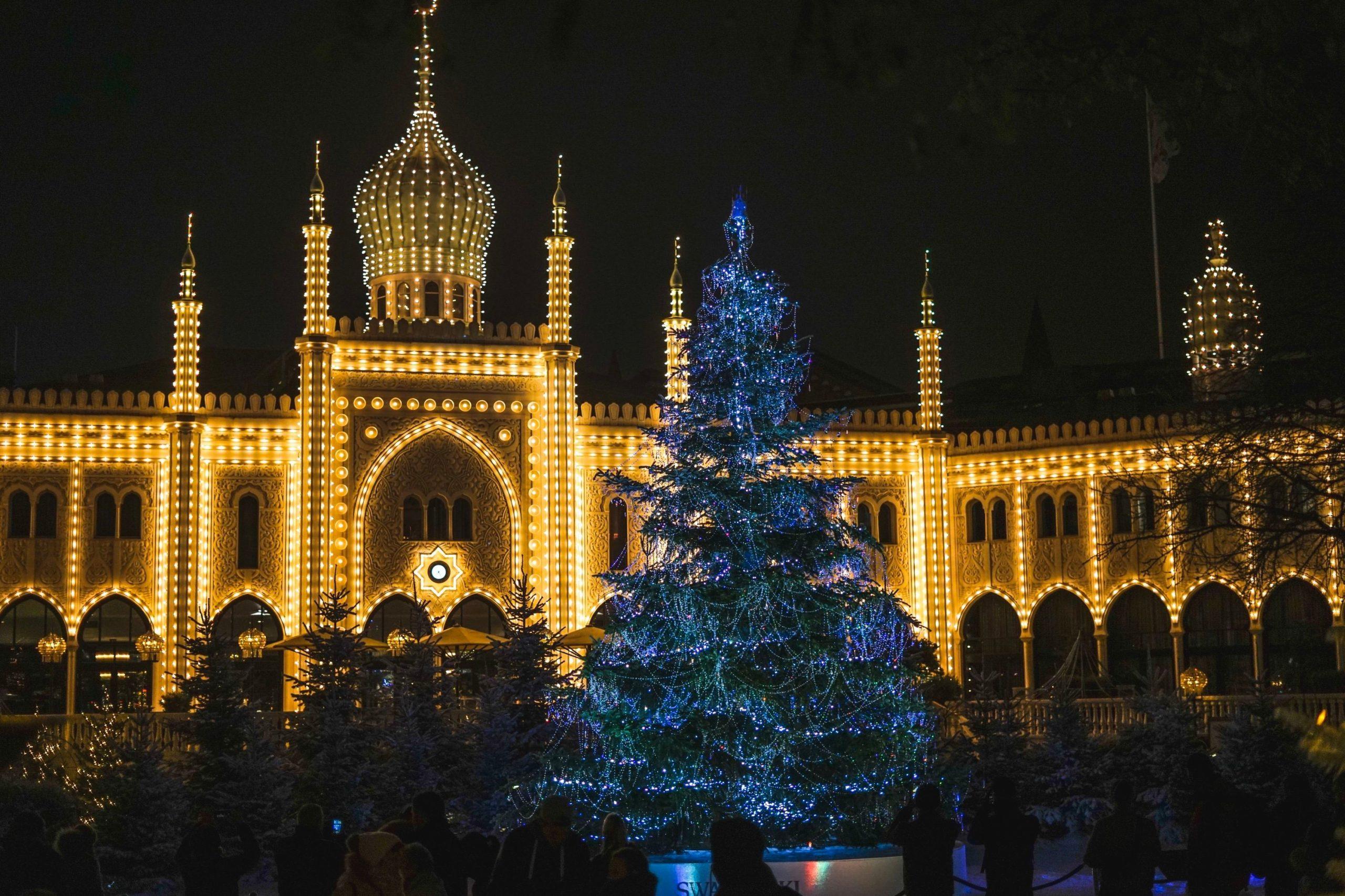 Sådan ser Tivoli også ud her i julesæsonen – med Nimb Hotel i baggrunden stråler det særlige juletræ med Swarovski-krystaller i forgrunden. Hotellet er netop kommet på meget eksklusiv liste. Pressefoto: Tivoli.
