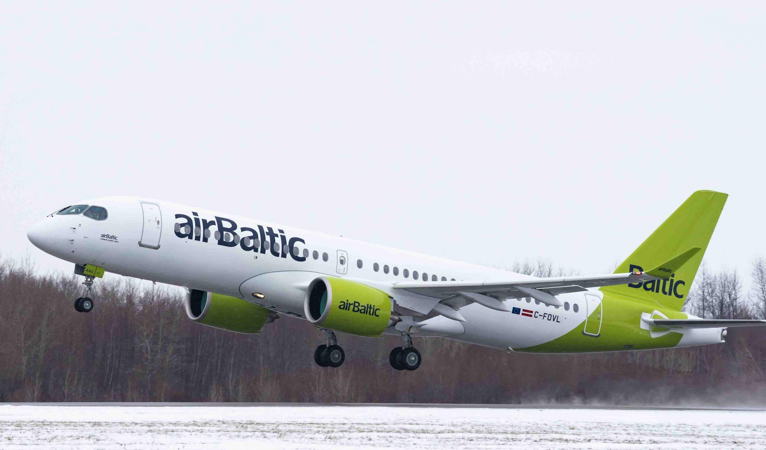 AirBaltics nyeste Airbus A220 med den opdaterede flybemaling og den midlertidige canadiske registrering letter fra flyfabrikken i Canada. Pressefoto: Airbus.