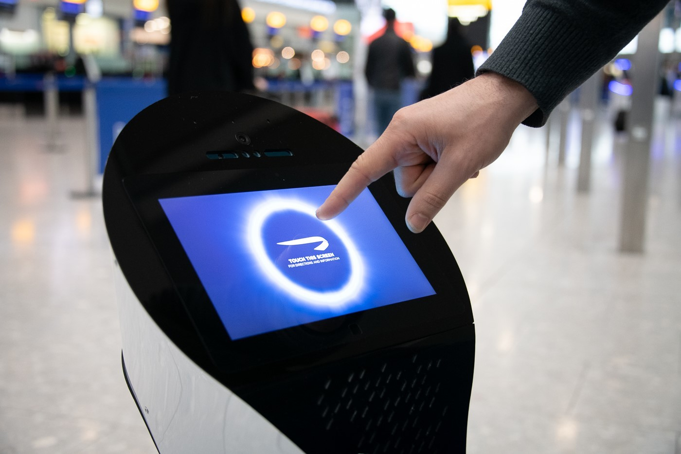 British Airways begynder næste år for alvor at teste robotter til hjælpe passagererne i Terminal 5 i London Heathrow, BA's største passagerfacilitet. Pressefoto: British Airways.