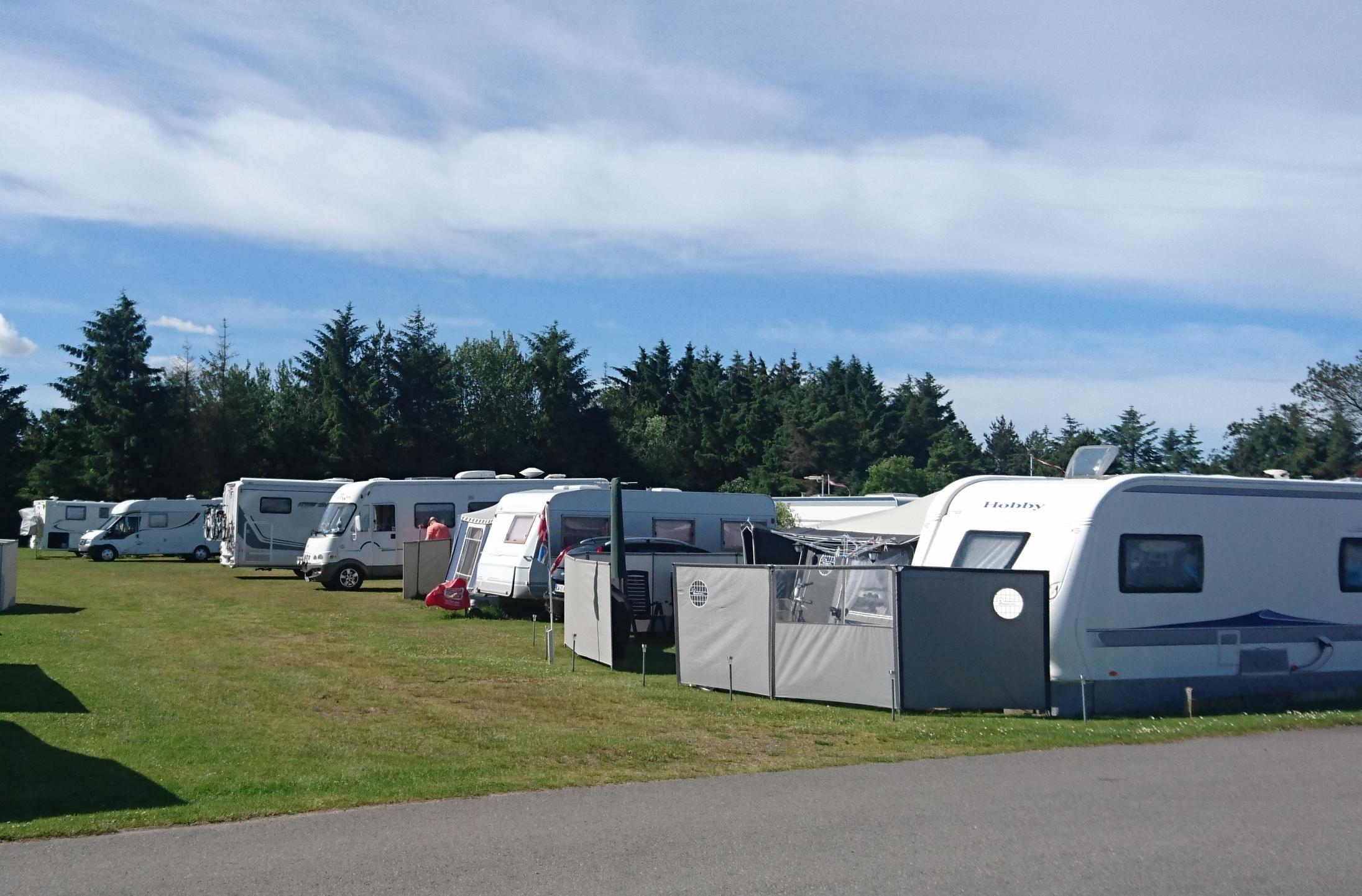 Landsforeningen af privatdrevne campingpladser i Danmark, DK-CAMP, har overtrådt konkurrenceloven. Det har nu udløst en bøde på 300.000 kroner fra Bagmandspolitiet og Konkurrence- og Forbrugerstyrelsen. Pressefoto: DK-Camp.