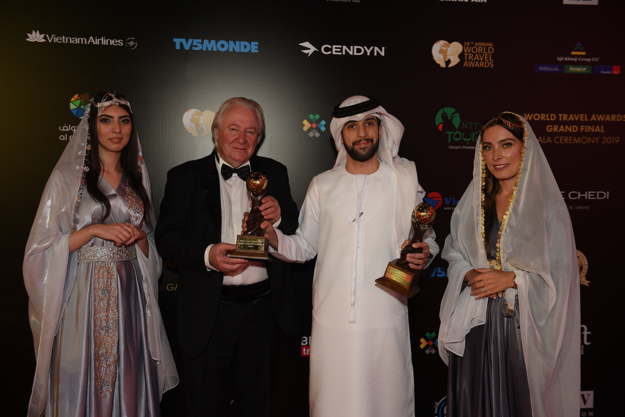 Graham Cooke, grundlægger af konceptet World Travel Awards og Mohammad Khadim, Dubai Department of Tourism and Commerce Marketing ved prisoverrækkelsen. Pressefoto: World Travel Awards.