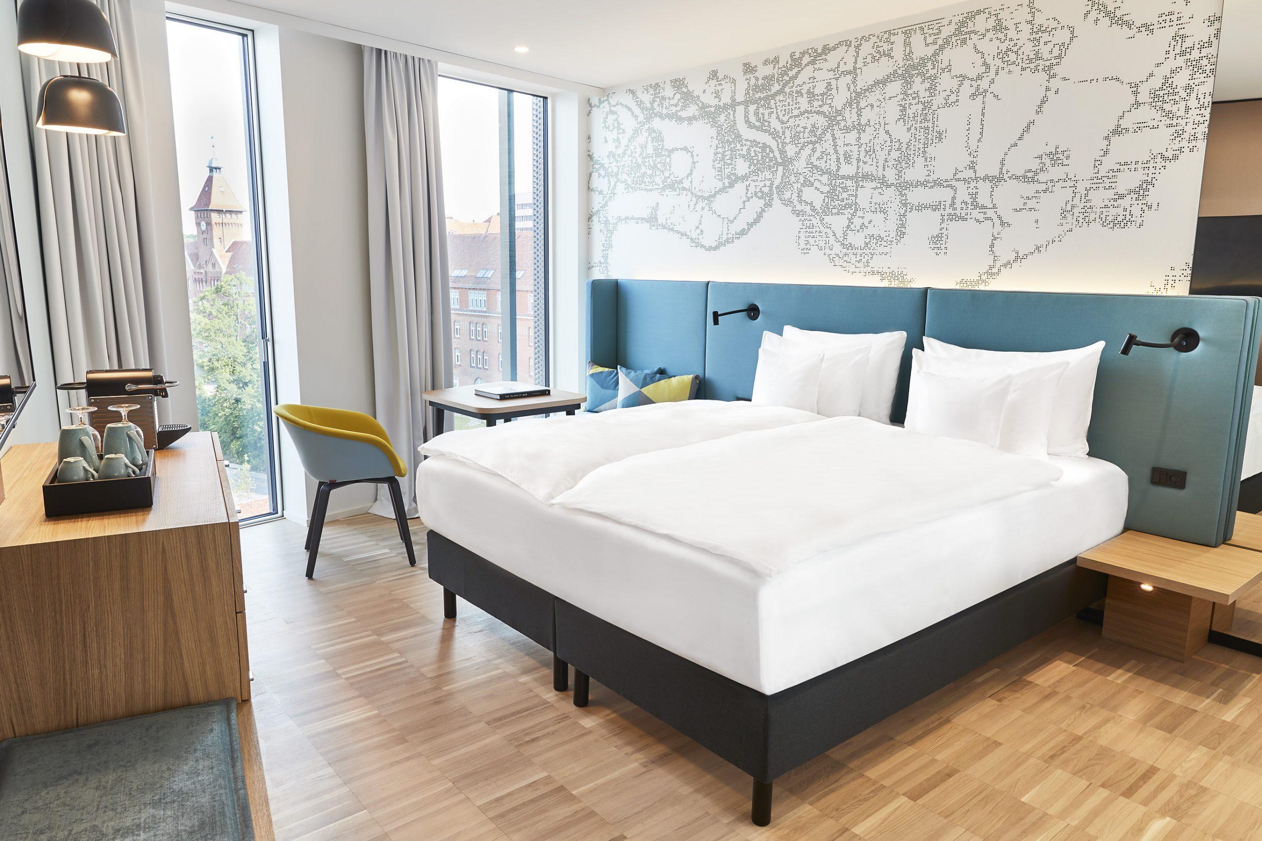 Firestjernede Alsik Steigenberger Hotel & Spa i Sønderborg blev taget i brug sidste år og har målt på Danfoss-koncernens indirekte investering i selve bygningen Danmarks dyreste hotelværelser udenfor København. Hotellet har dog også et kæmpe spaområde plus møde- og konferencefaciliteter. Pressefoto fra Alsik Hotel.
