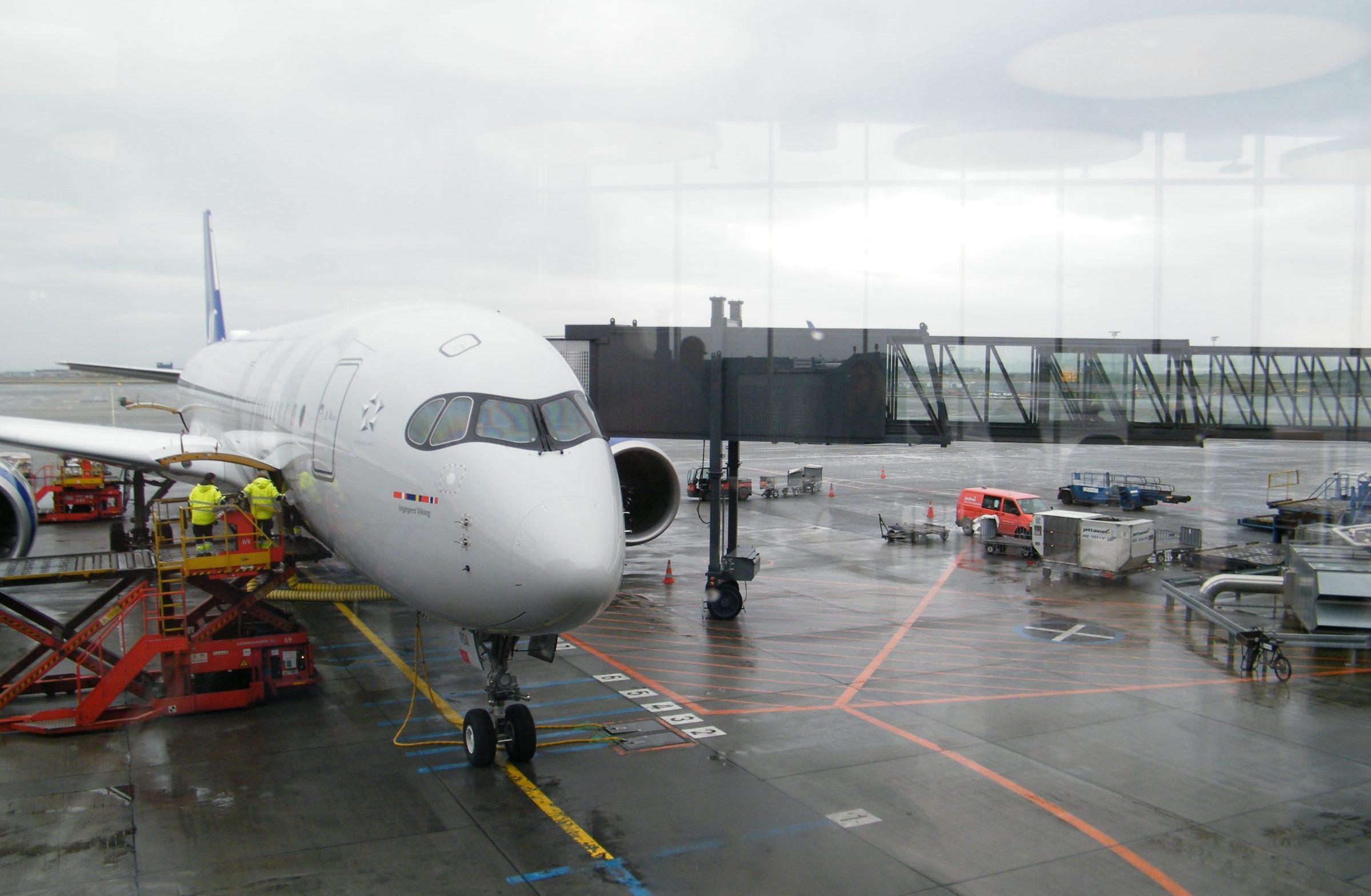 SAS' første Airbus A350 står klar i den nye SAS-bemaling til afgang i Københavns Lufthavn og premiereflyvningen til Chicago. Flyet hedder Ingegerd Viking – opkaldt efter en svensk vikingeprinsesse, Ingegerd Olofsdotter, der levede for knap 1000 år siden. Foto: Henrik Baumgarten.