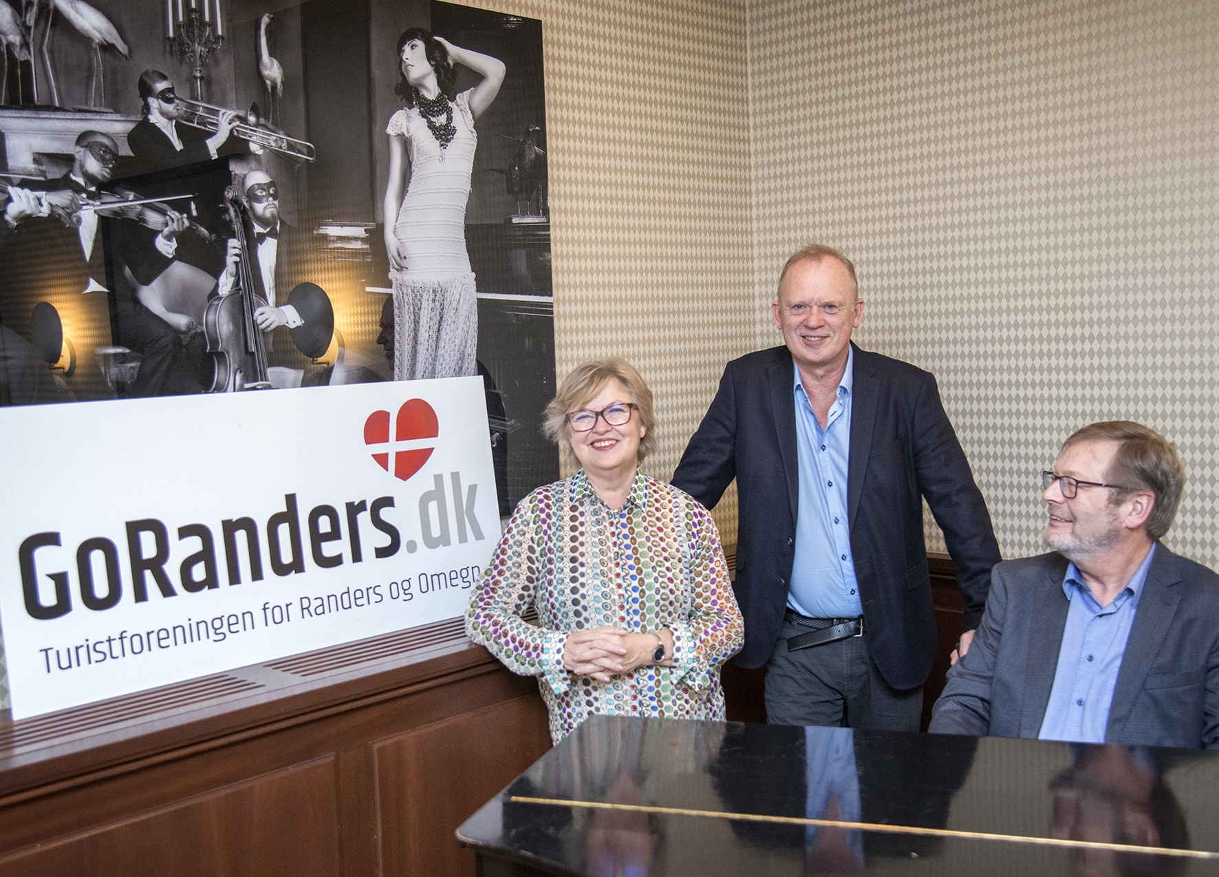 Trioen bag nyetablerede GoRanders er Randers' afgående turistdirektør, Anne-Mette Knattrup, Christian Krogh, stående, medejer af blandt andet Risskov Bilferie, og Peder V. Poulsen, direktør for Turistforeningen for Randers og Omegn. Fremsendt PR-foto.