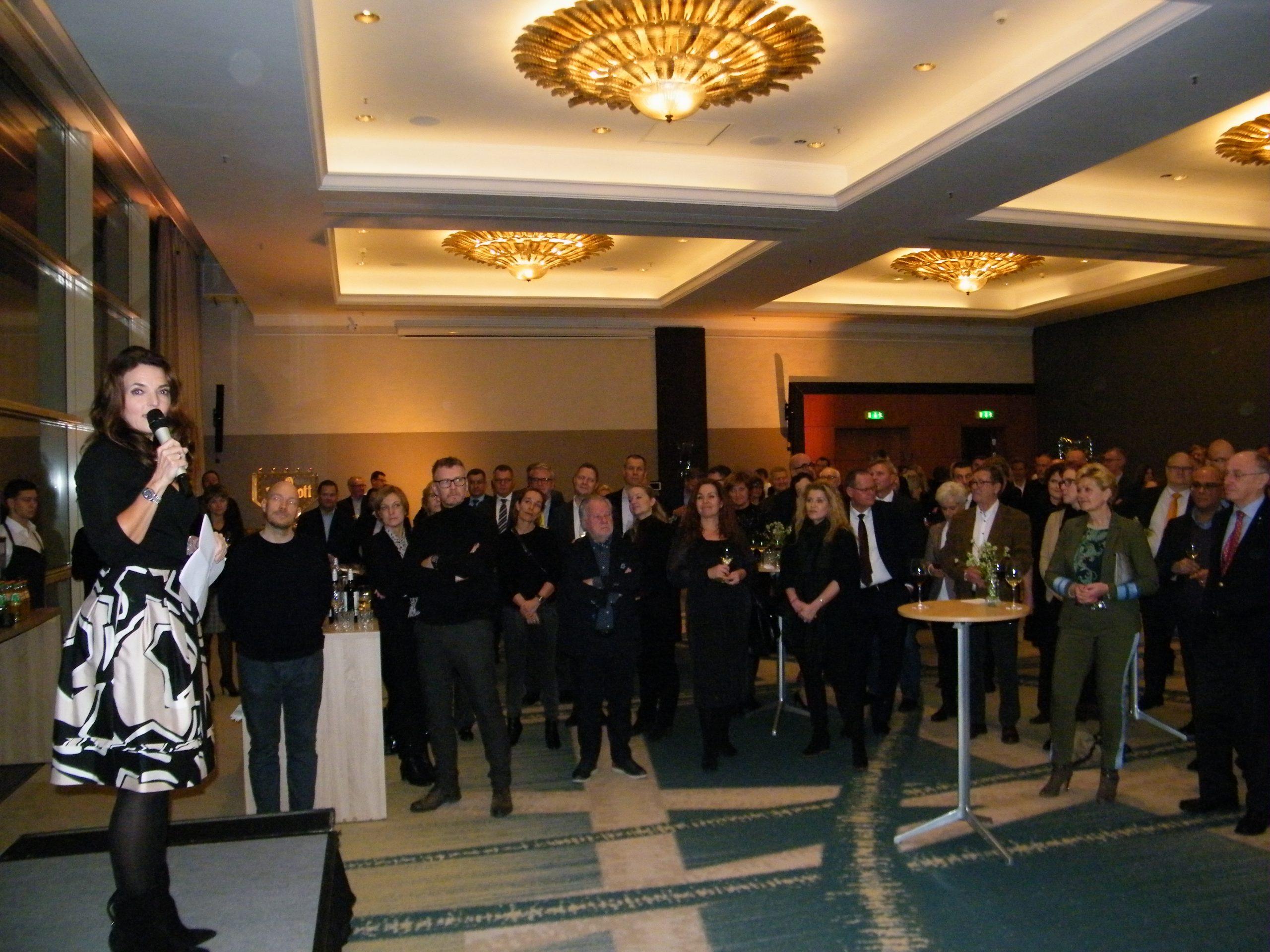 Katia K. Østergaard på podiet under sine takketale til de mange fremmødte på Marriott-hotellet til hendes 50 års reception. Foto: Henrik Baumgarten.
