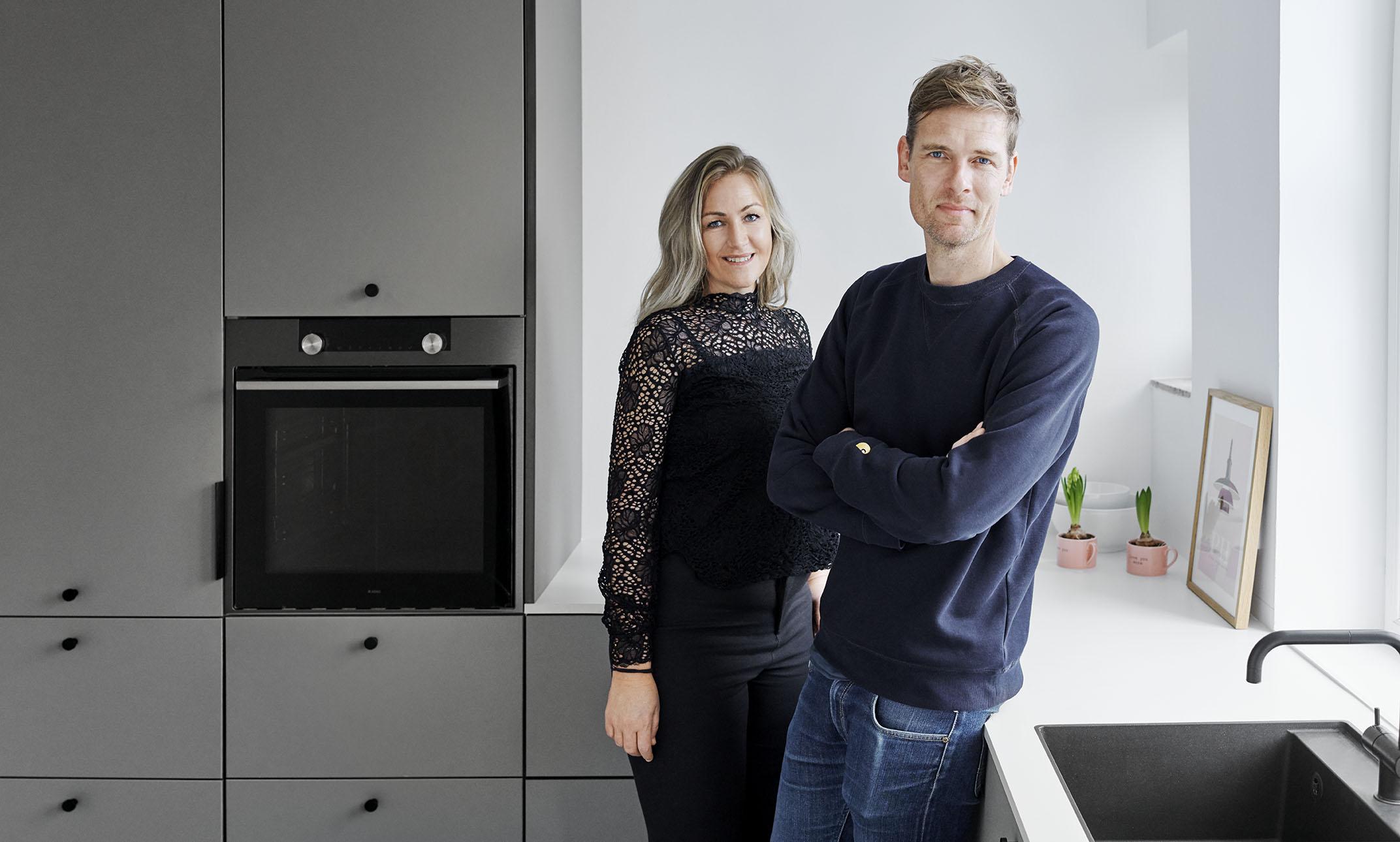Signe Thorup, kommunikationschef på Hotel d'Angleterre i København, står med sin kæreste, tømrer- og snedkeruddannede Kenn Harboe Christensen bag det nye køkkenfirma Køkkenhavn. Fremsendt PR-foto.