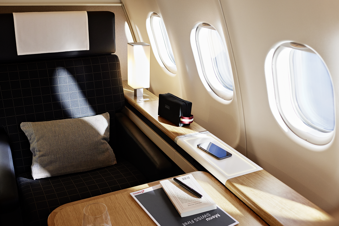 Et af de otte sæder på Swiss' første klasse på selskabets langrutefly; som sidste flytype på langruterne har også Swiss' Airbus A340'ere nu fået opgraderet sine tre kabineklasser. Pressefoto fra Swiss International Air Lines.