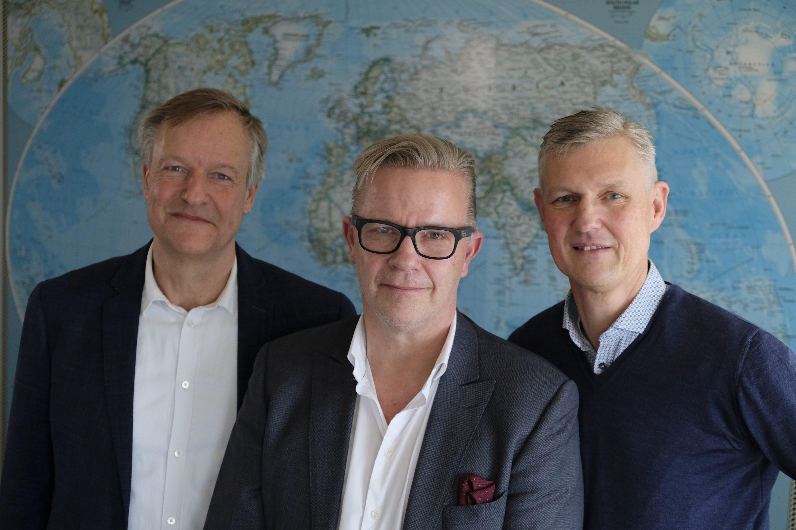 Koncernchef for Nordic Leisure Travel Group, Magnus Wikner, i midten, ved fredagens vagtskifte på Sunclass Airlines' hovedkvarter i Københavns Lufthavn. Til venstre den midlertidige nye administrerende direktør for flyselskabet, Torben Østergaard, og til højre den netop fratrådte, Per Knudsen. Pressefoto: Sunclass Airlines.