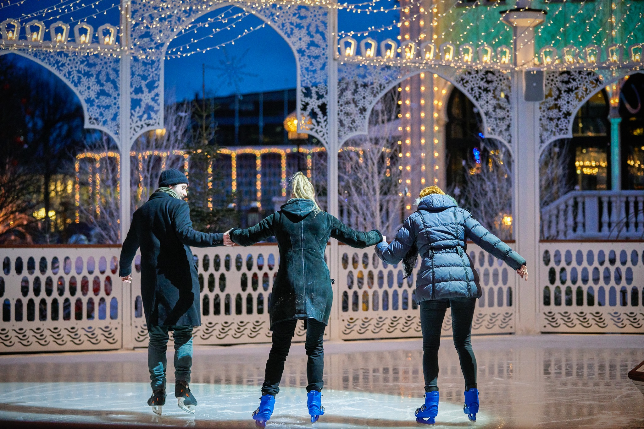 Fra 31. januar til 23. februar er der atter Vinter i Tivoli. Blandt tilbuddene er en store skøjtebane foran Nimb-bygningen. Pressefoto fra Tivoli: Lasse Salling.