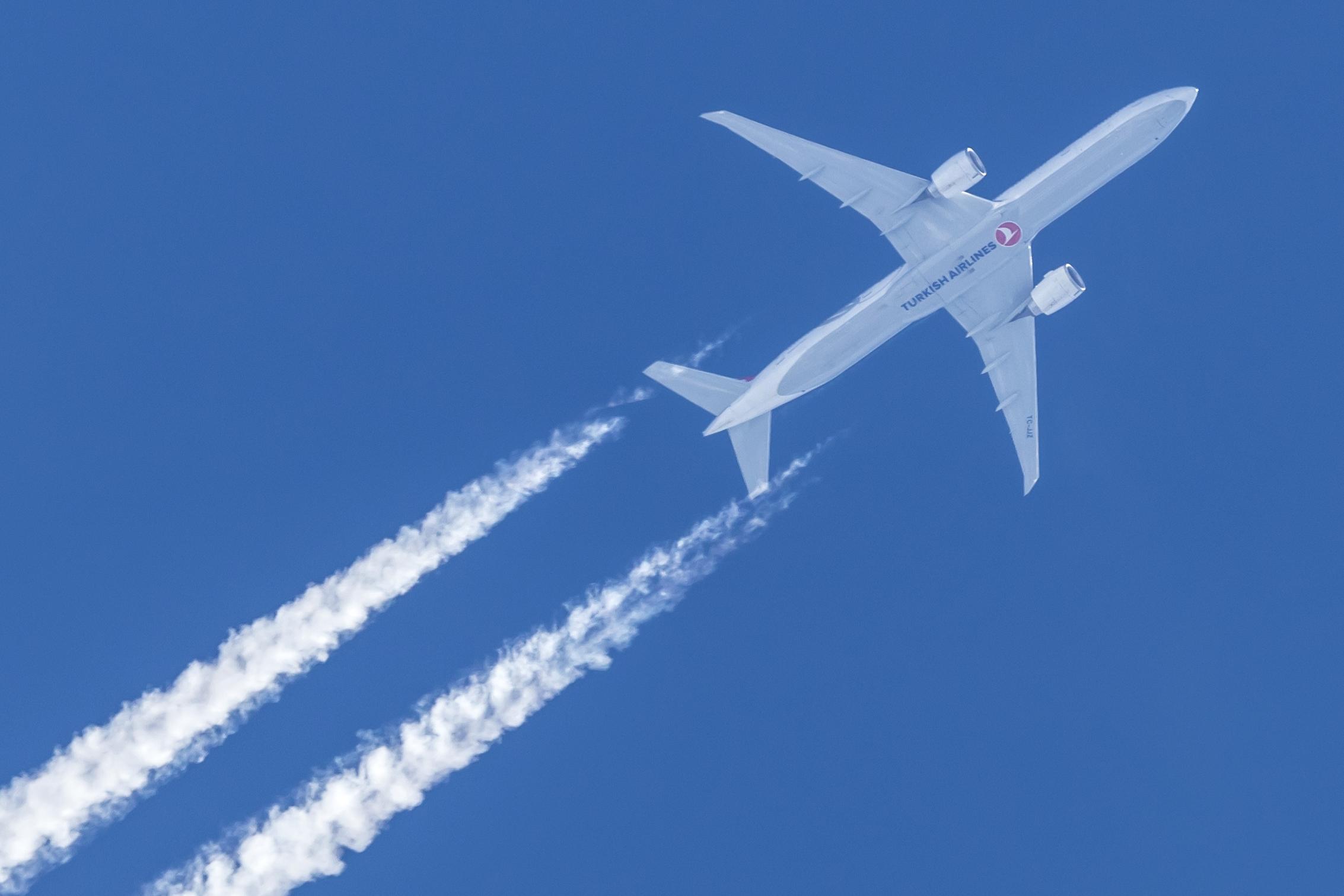 Ingen andre flyselskaber i verden flyver til så mange lande som Turkish Airlines, der er på vej med fire nye ruter. Her overflyver en Boeing B777-300 Danmark – arkivfoto: © Thorbjørn Brunander Sund, Danish Aviation Photo