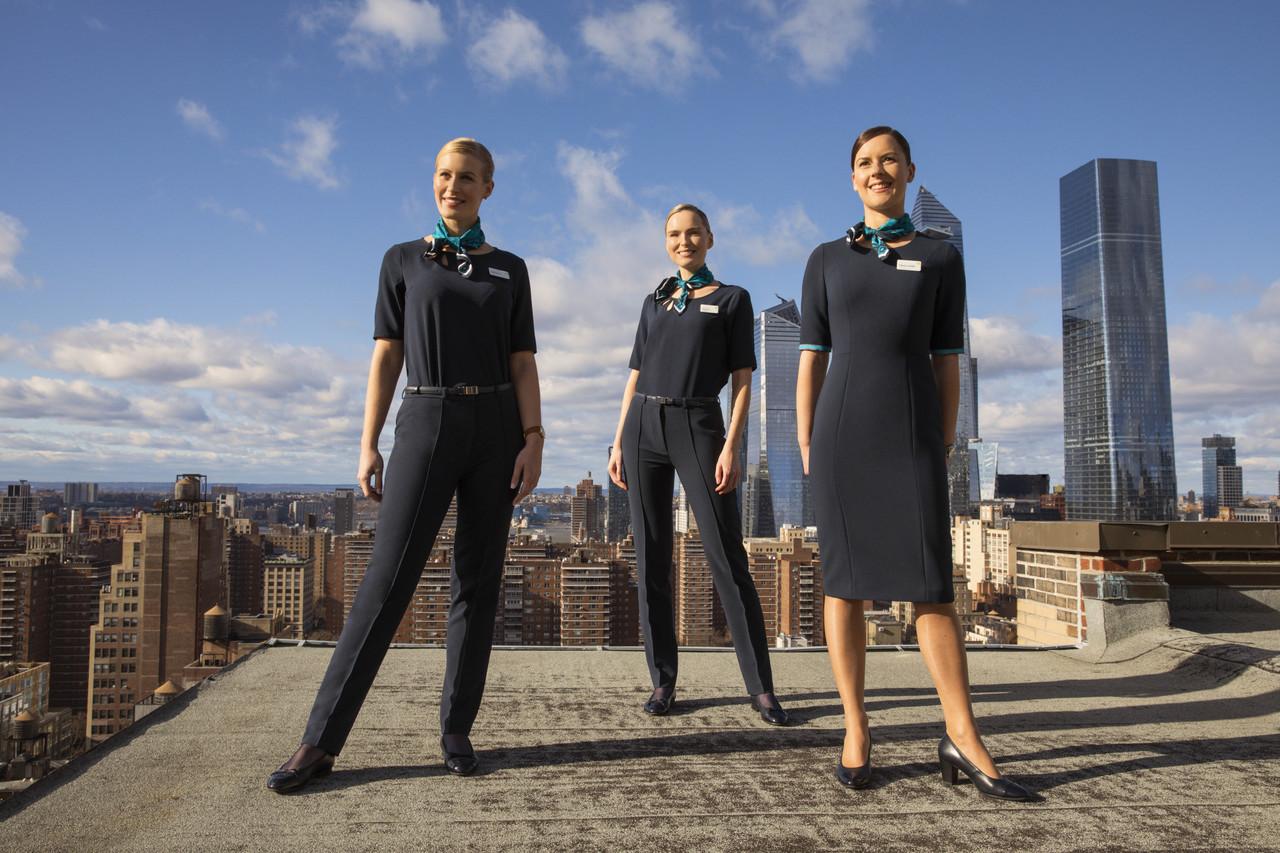 De nye uniformer fra Aer Lingus giver nu for første gang kvindelige ansatte mulighed for at have uniformsbukser. Pressefoto fra Aer Lingus.