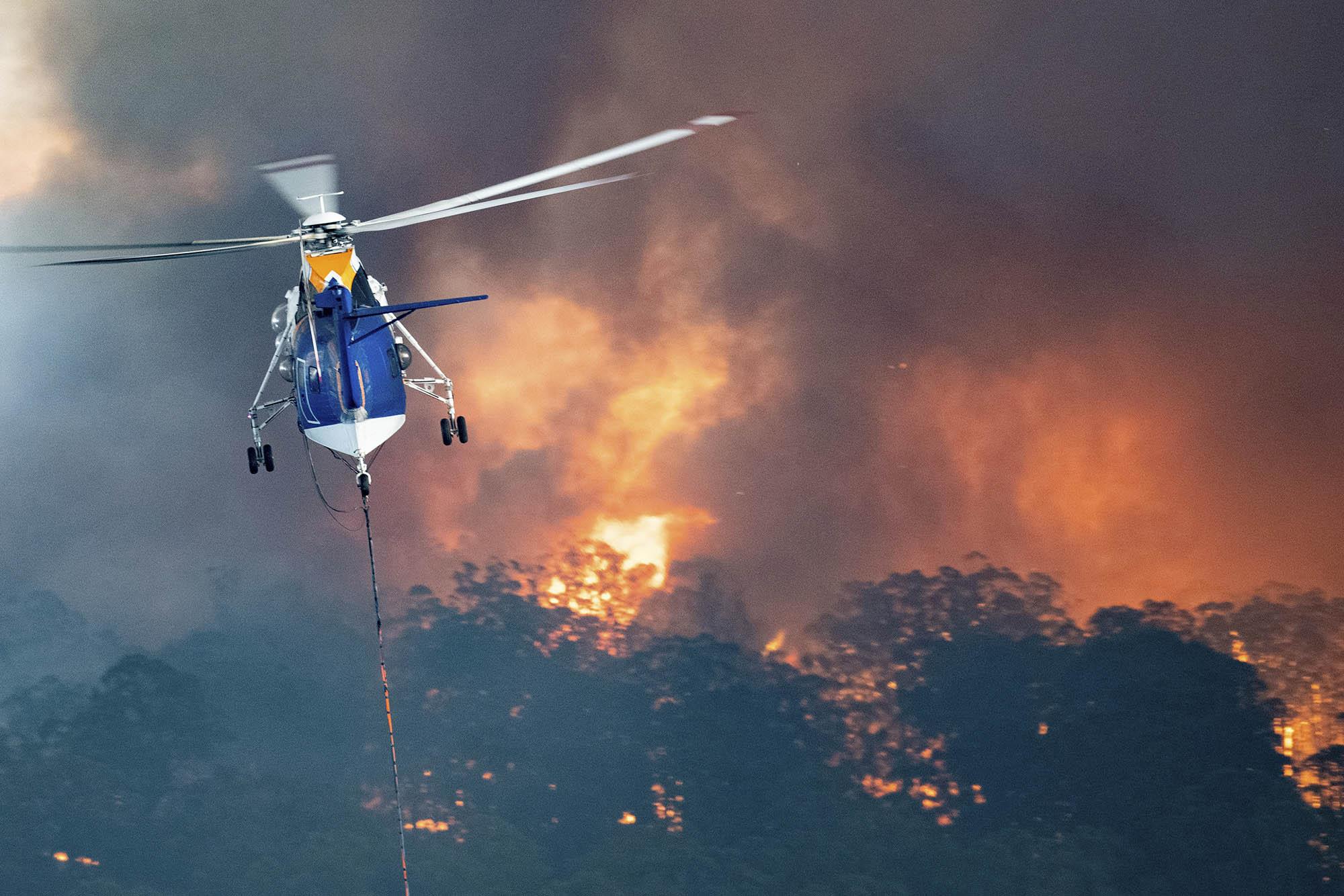 Store dele af navnlig det sydøstlige Australien plages af de såkaldte bush fires. Her er brandslukningshelikopter i aktion i delstaten Victoria, hvor Melbourne er største by. Foto via State Government of Victoria.