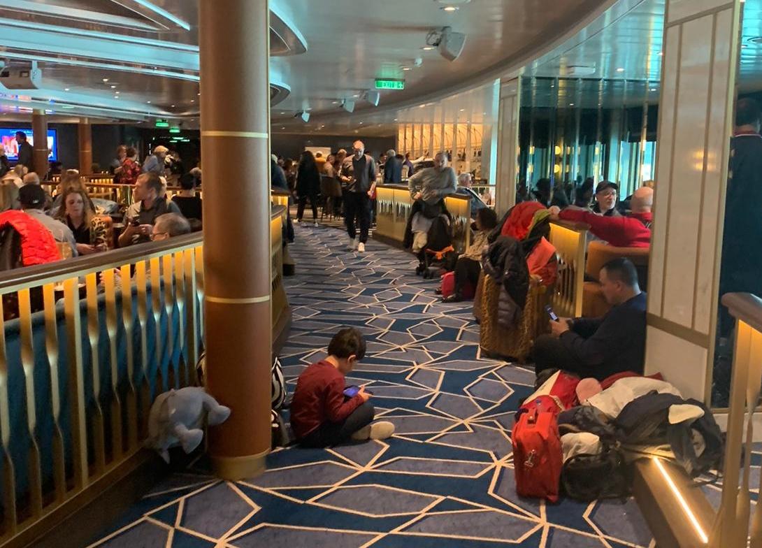Krydstogtpassagerer venter torsdag ombord på Costa Smeralda, mens de var i midlertidig karantæne i Roms havneby, Civitavecchia, fordi én af de næsten 6.000 passagerer måske havde Corona-virus. Det viste sig sent torsdag aften alligevel ikke at være tilfældet, Der var mindst tre danskere blandt passagererne. Twitter-foto.