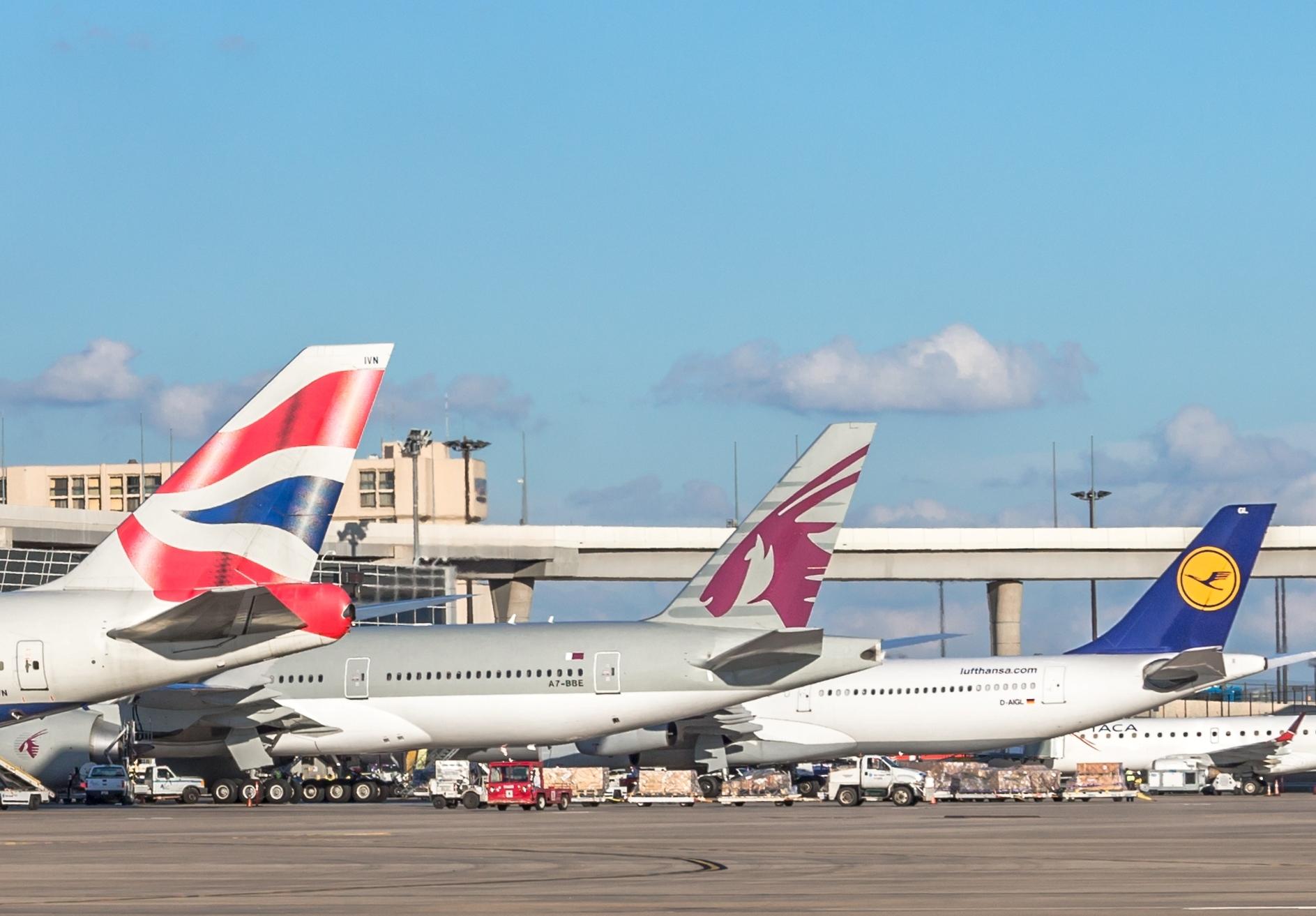 Flyselskaber – europæiske og ikke-europæiske – kan formentlig kategorisere Corona-virussen som en usædvanlig omstændighed. Men det vil i sidste ende bero på en konkret vurdering ved domstolene, siger Forbruger Europa. Her er British Airways, Qatar Airways og Lufthansa samlet i Dallas Lufthavn. Pressearkivfoto fra Dallas Airport.