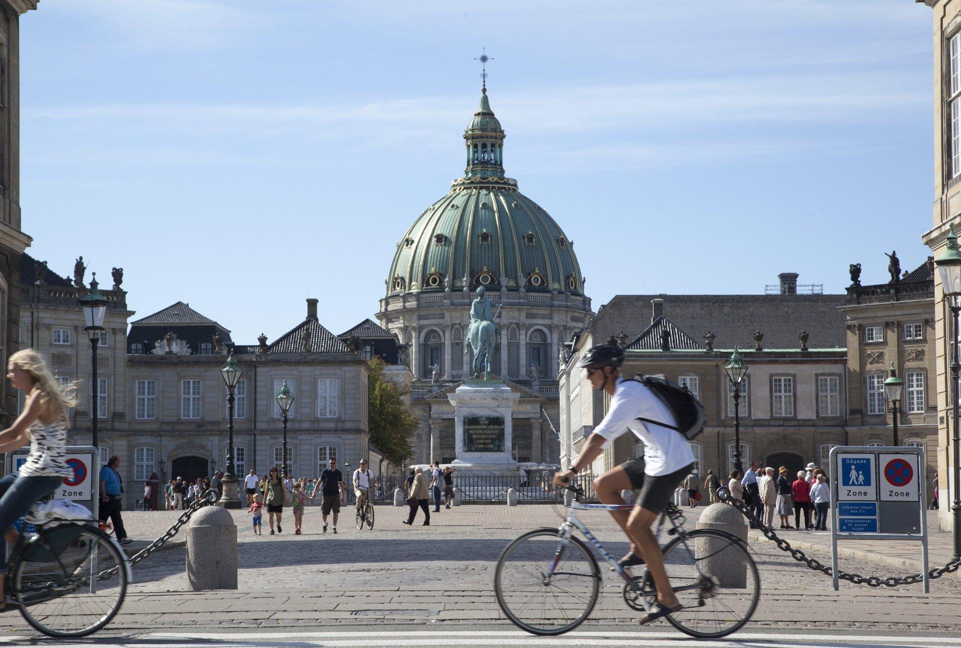 Den 2., 3. og 4. juli er Tour de France i Danmark, der startes i København, hvor blandt andet Amalienborg passeres, anden etape er fra Roskilde til den fynske side af Storebæltsbroen, mens den sidste er fra Vejle til Sønderborg. Arkivpressefoto: Kim Wyon, VisitDenmark.