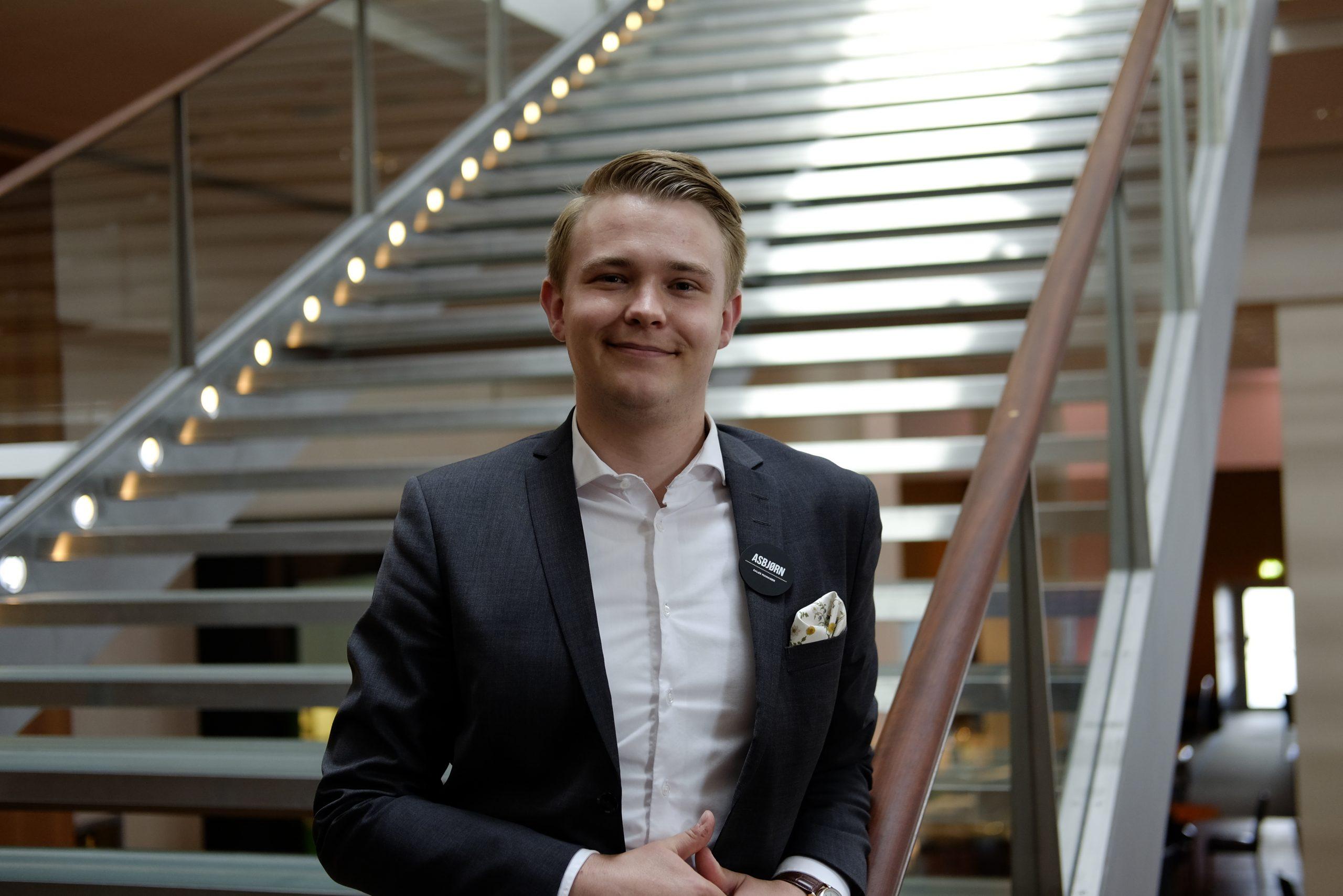 27-årige Asbjørn Rytter er salgschef på Clarion-hotellet i Københavns Lufthavn, mens han samtidig tager uddannelse i ledelse på Copenhagen Business Academy og er aktiv i netværksgruppen Danish Young Hospitality Professionals. Pressefoto: Clarion Hotel & Congress Copenhagen Airport.