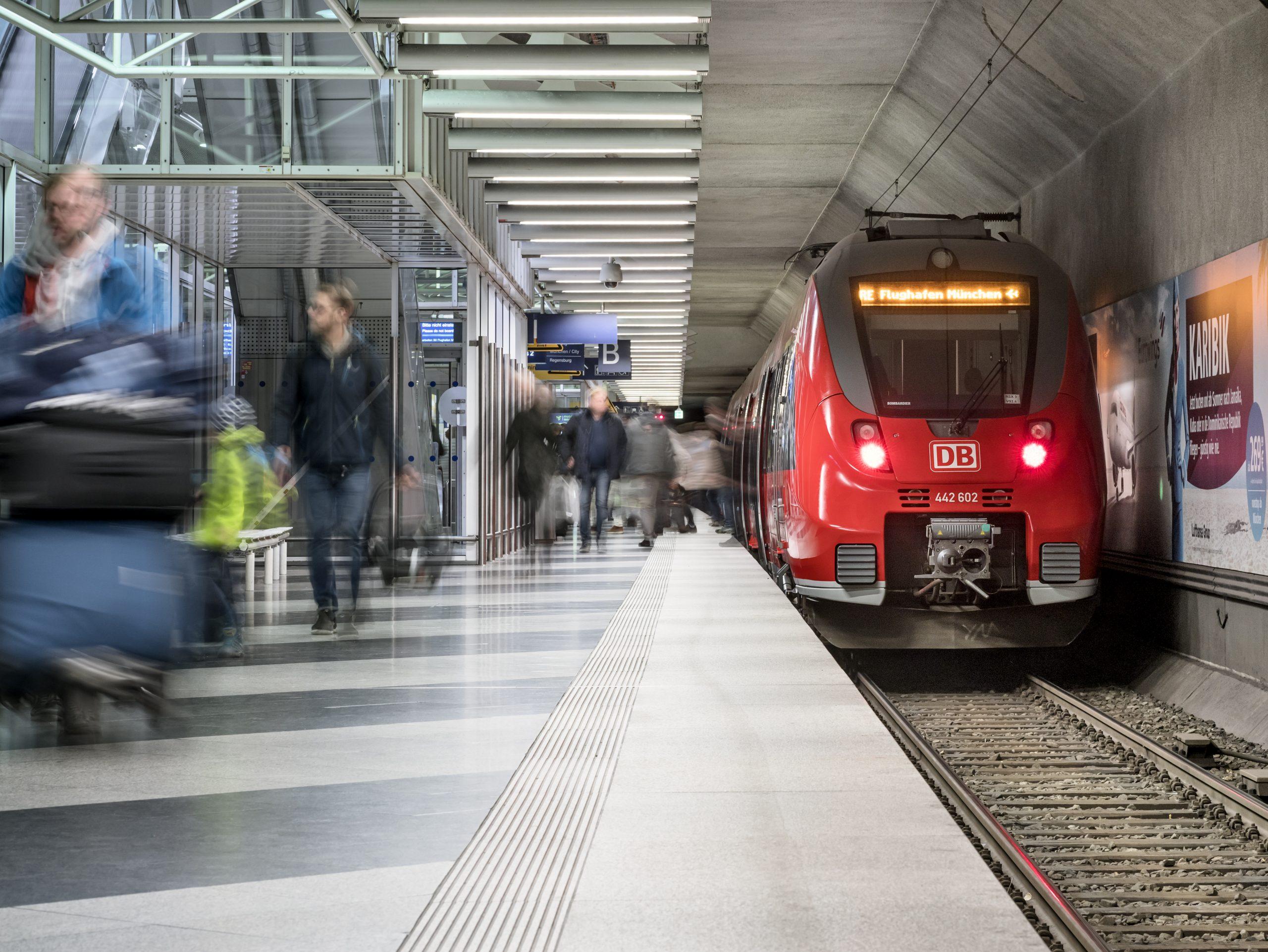 Ny landsdækkende kampagne skal tage pulsen på danskernes syn på og indstilling til bæredygtige rejser i og udenfor Europa. På billedet mødes to rejseformer – togpassagerer i Münchens Lufthavn. Pressefoto: Munich Airport.