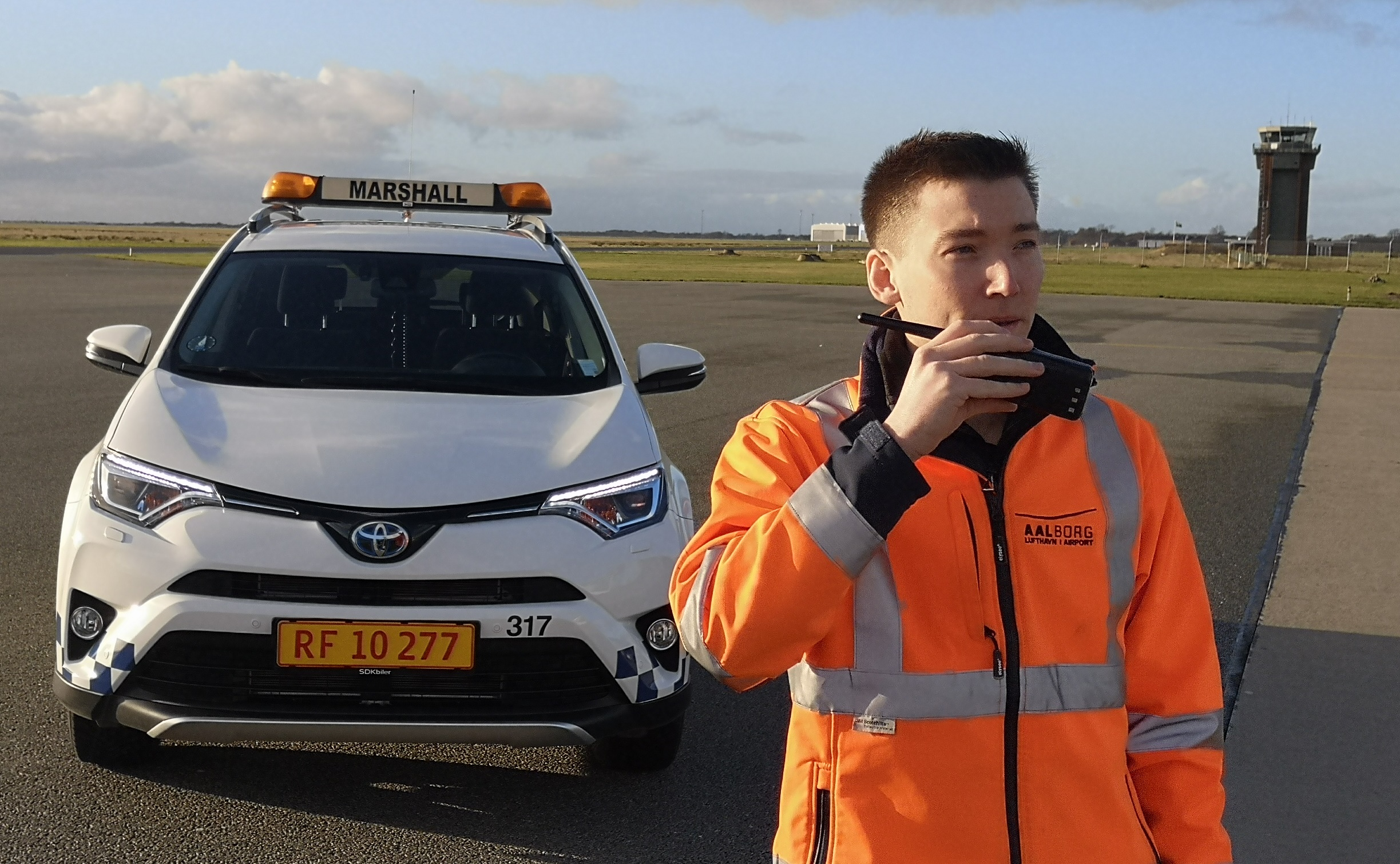 Philip Grandjean-Thomsen i sin rolle som marshall-assistent i Aalborg Lufthavn. (Privatfoto)
