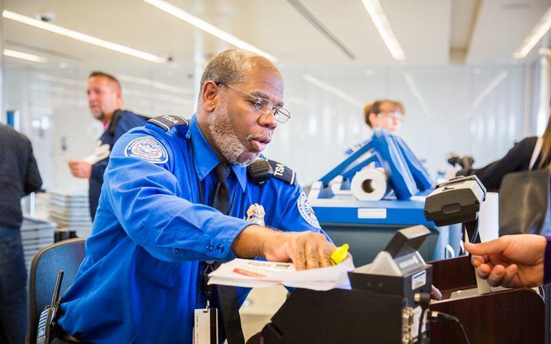 Flypassagerer, der de 14 seneste dage har været i Kina, må indtil videre kun rejse ind i USA via syv lufthavne. De skærpede regler gælder ikke SAS-besætninger. Arkivpressefoto fra Transportation Security Administration.