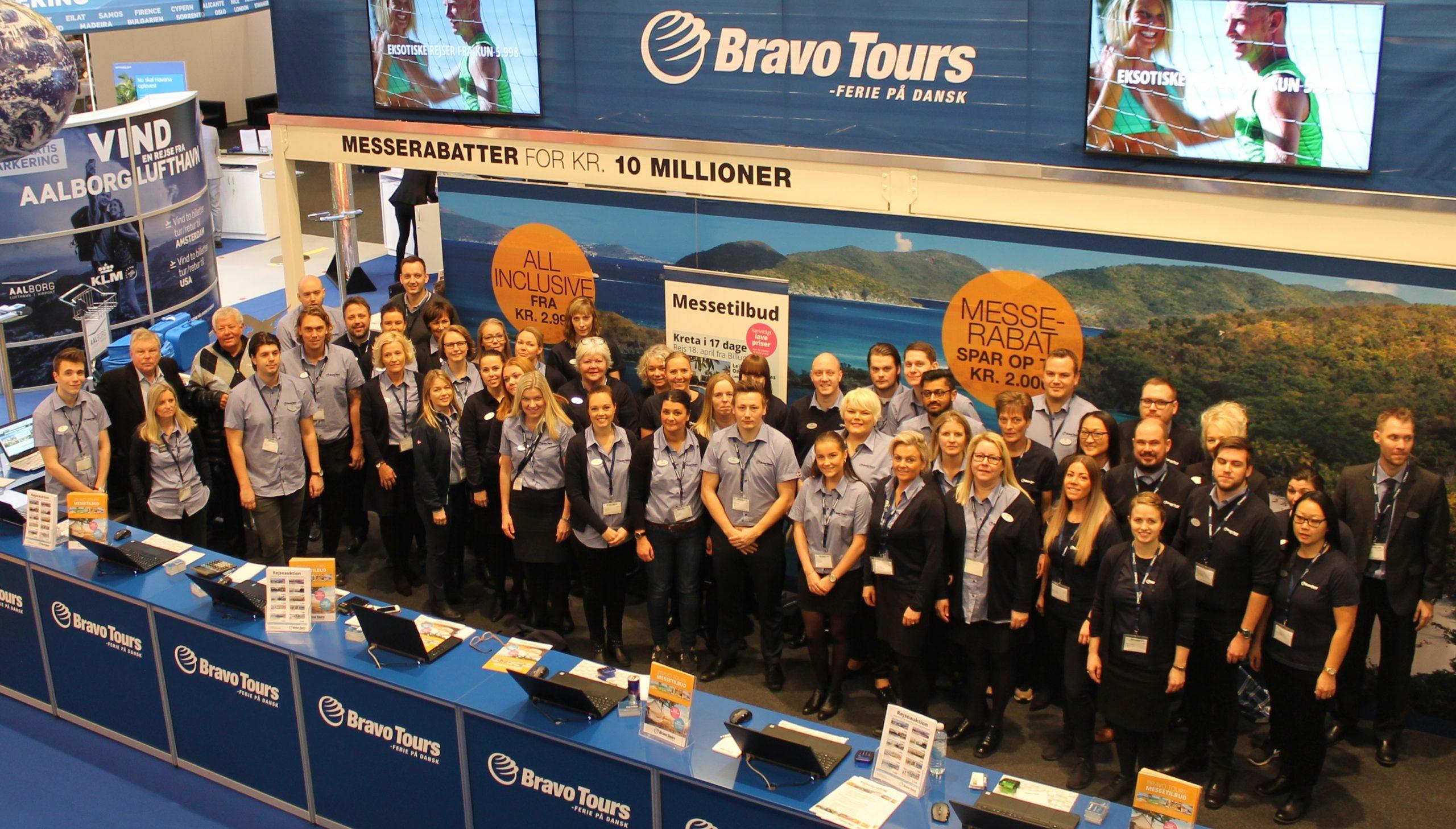 De syv nordiske rejsebureauer i TravelCo Nordic-koncernen får formentlig ny ejer i den kommende uge, størst af de syv er danske Bravo Tours. Her er personale fra charterrejsebureauet under Ferie for Alle-messen i 2017. Arkivfoto fra Bravo Tours.