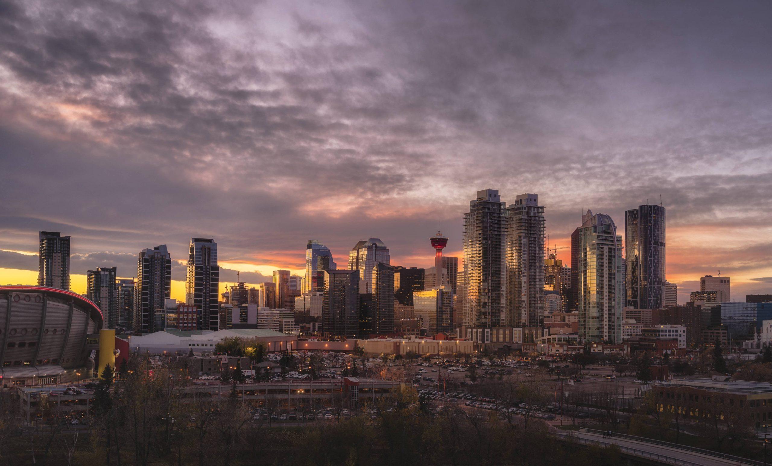 Skyline at sunset, Calgary, Alberta, Canada, North America | Verwendung weltweit, Royalty free: Bei werblicher Verwendung Preis auf Anfrage., Keine Weitergabe an Wiederverkäufer.