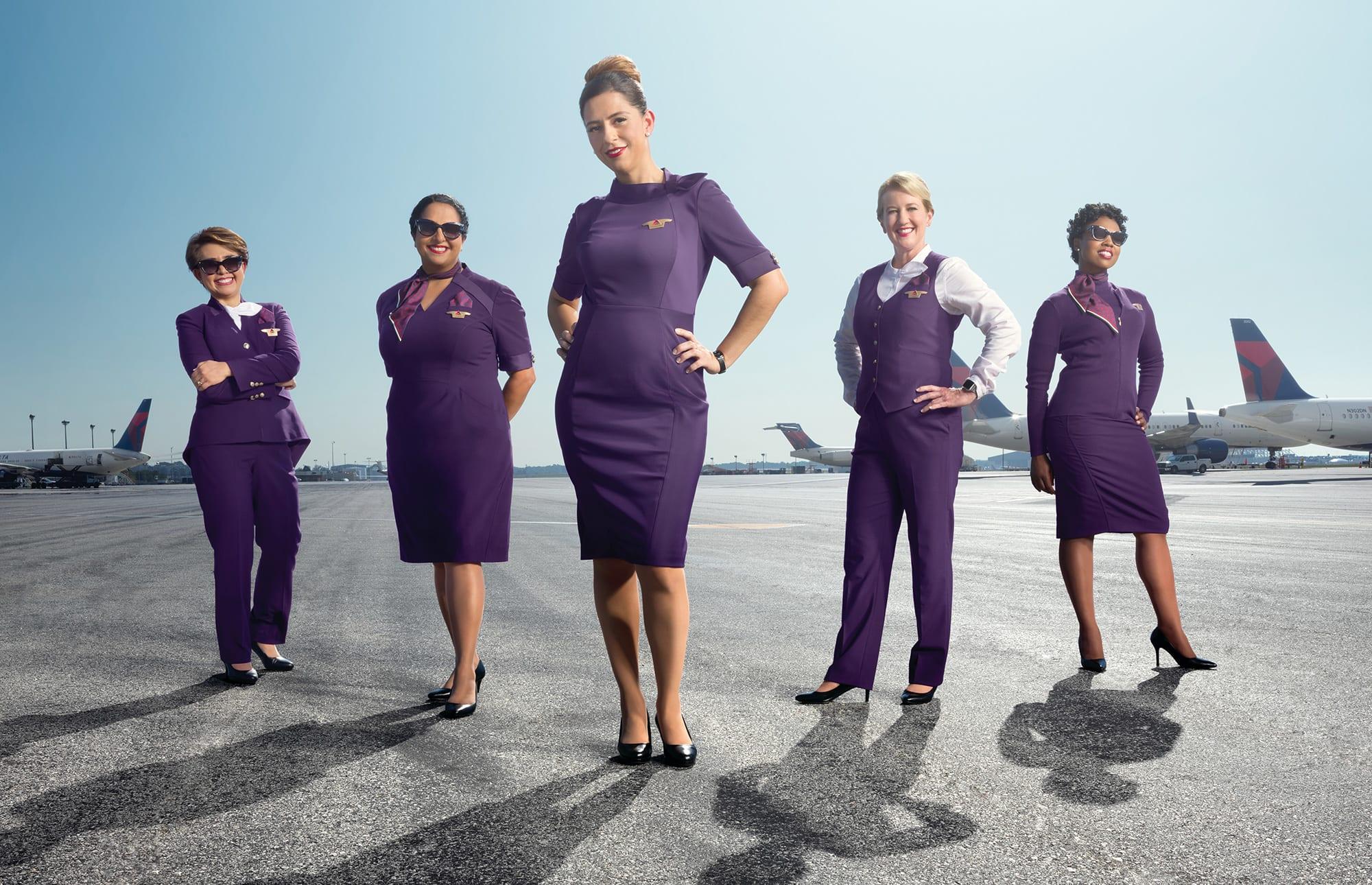 Delta Air Lines introducerede i 2018 nye uniformer til blandt andet selskabets 25.000 kabineansatte. Men der er problemer med dem, angiveligt på grund af at de indeholder kemikalier og tungmetaller langt over den tilladte grænse for beklædningsgenstande. Derfor bliver de nu erstattet. PR-foto fra Delta Air Lines.