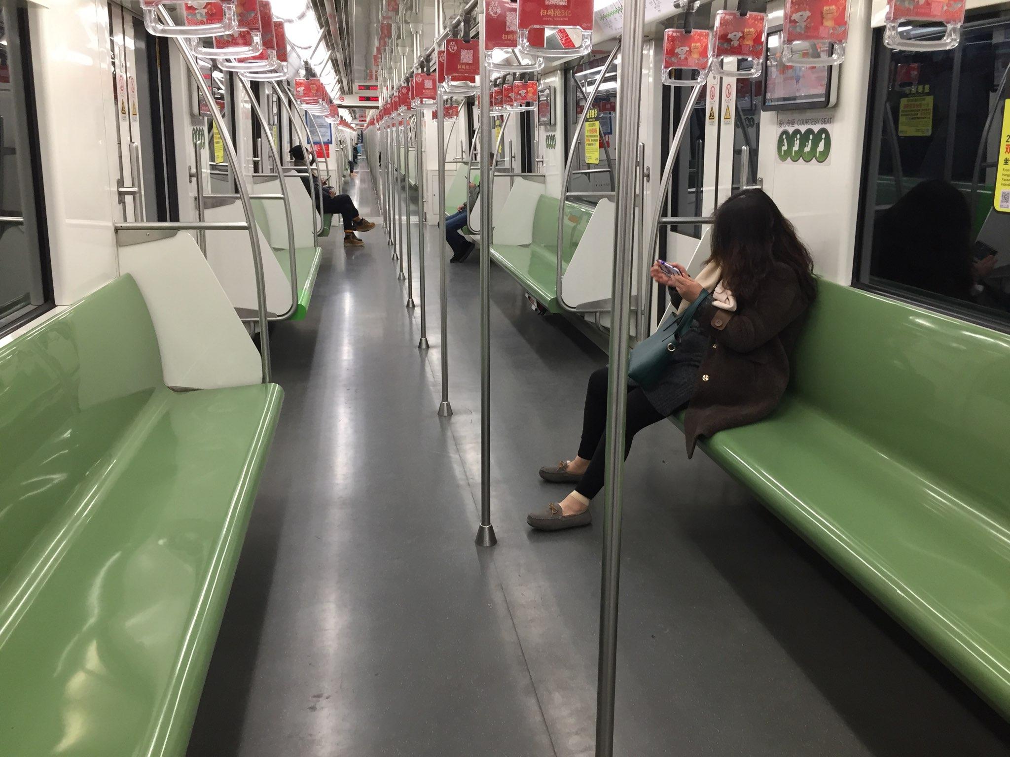 Infrastrukturen fungerer også i Kinas største by, Shanghai – men der er i denne tid god plads i metroen, da mange har fået besked på at blive hjemme. Foto taget i denne uge: Casper Tollerud.