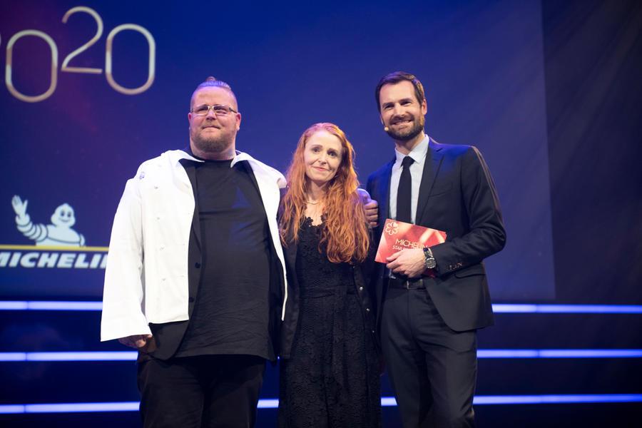 Værtsparret fra Restaurant Jordnær, Eric Vildgaard og Tina Kragh Vildgaard, med Gwendal Poullennec, international direktør for Michelin Guides ved mandagens uddeling af Michelin-stjernerne. PR-foto fra Guide Michelin.