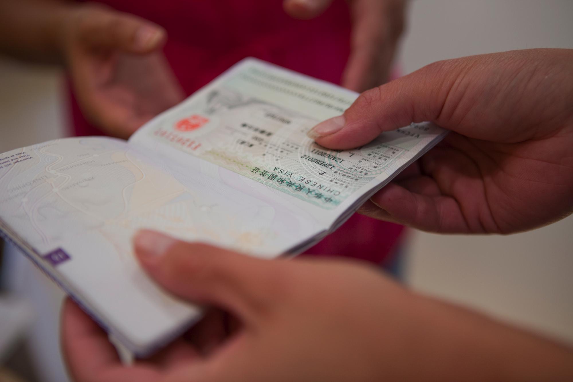 Et pas er et meget vigtigt officielt rejsedokument, der naturligvis skal være i orden – ellers kan det få konsekvenser for den rejsende. Arkivfoto fra Comet Consular Services.