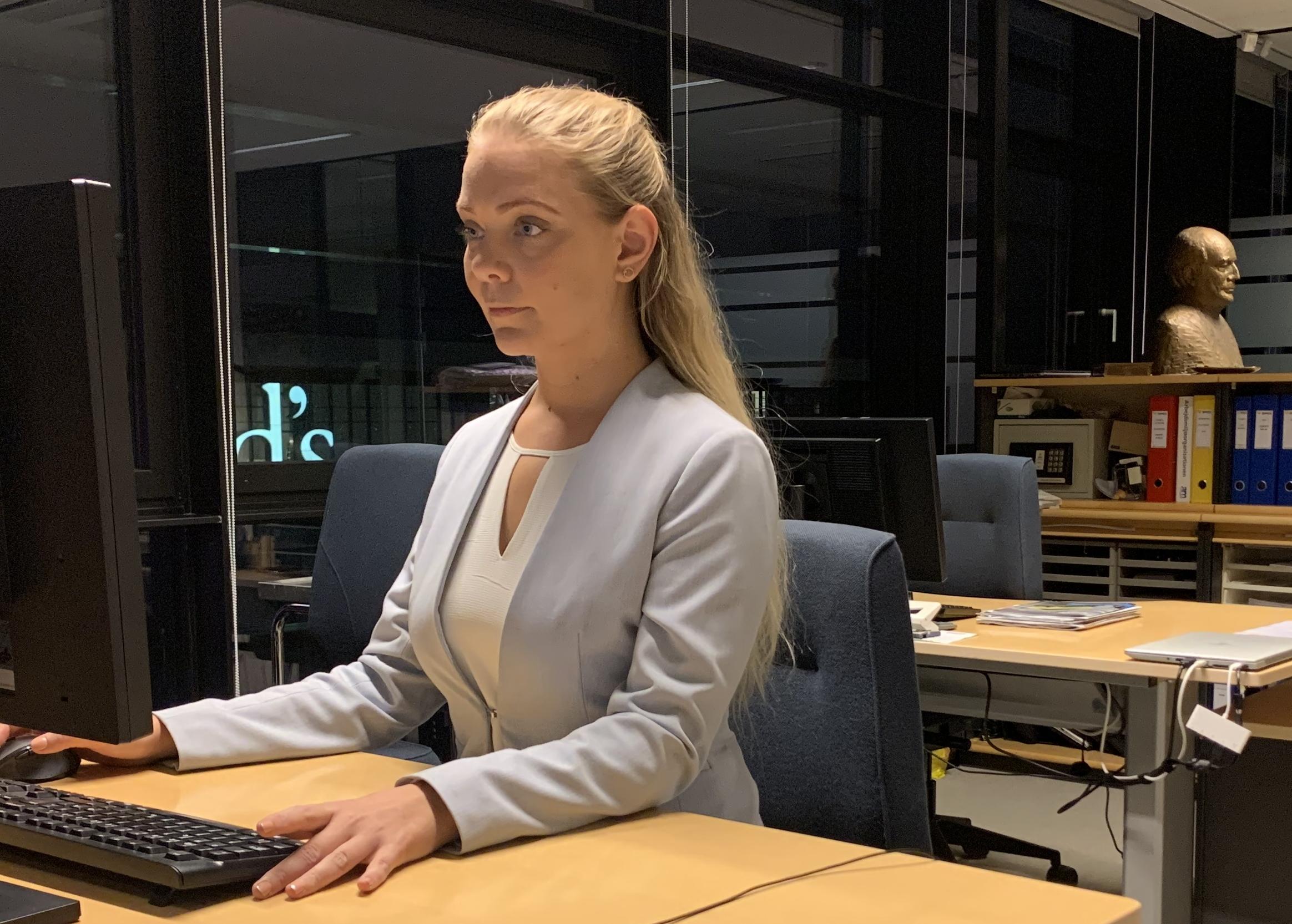 Sara Maras på arbejde i Spies' hovedkvarter i Ørestad i København. Bagest til højre anes en buste med Simon Spies, grundlæggeren af hvad der i dag er Danmarks største charterrejsebureau. Foto: Spies.