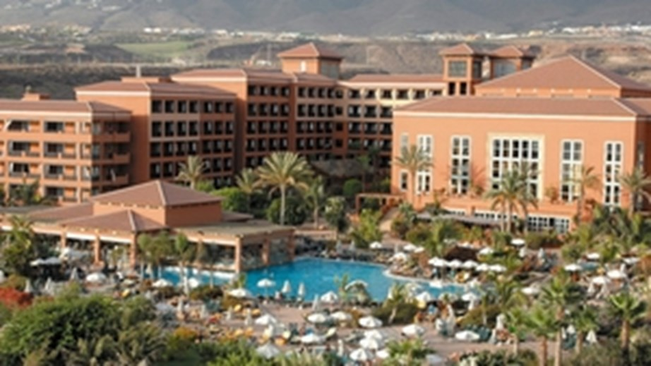 Hotellet H10 Costa Adeje Palace i byen Adeje på det sydøstlige del af Tenerife har haft en italiensk gæst med coronavirus. Nu er hotellets gæster i karantæne indtil det er konstateret om andre er smittet. PR-foto fra H10 Costa Adeje Palace.