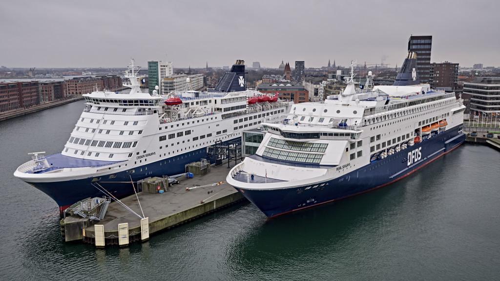 DFDS' to skibe på København-Oslo ruten, Crown Seaways og Pearl Seaways, på sjældent familiefoto i Københavns Havn – normalt sejler skibene hver for sig på ruten. Arkivfoto: DFDS.