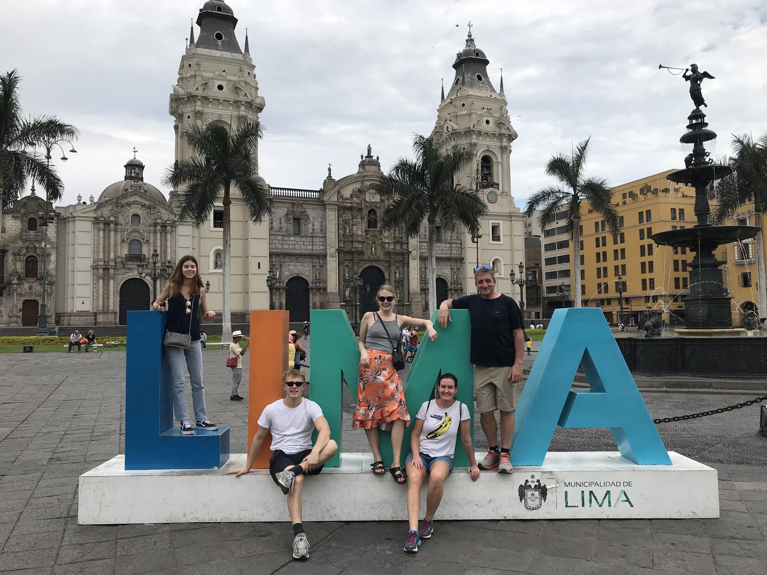 Sydamerikanske Peru er det land med flest strandede danskere, 248 ifølge Udenrigsministeriet, der arbejder for at få et særfly til Peru, men det er meget besværligt, så hvornår vides ikke. Her privatfoto fra tidligere i år med blandt andet danske turister i Perus hovedstad, Lima. Foto: Ole Egholm.