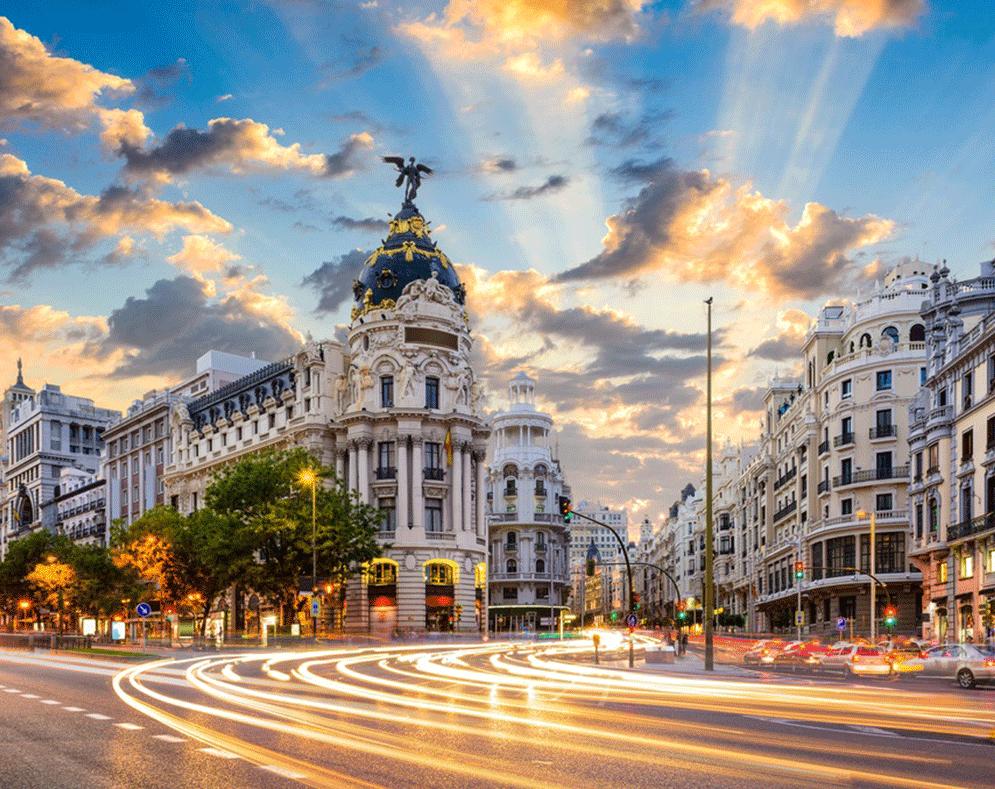Spanien er verdens største modtager af udenlandske turister – kun overgået af Frankrig. Men Spanien er også hårdt ramt af coronaen og lukker derfor sine hoteller, i første omgang én uge. Her arkivfoto fra hovedstaden, Madrid. Pressefoto: Den spanske Stats Turistbureau.