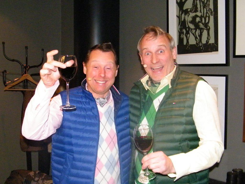 Rytteriet er Martin Buch, til venstre, og Rasmus Botoft, i deres venteværelse på Royal Hotel inden de skulle optræde for PATA-medlemmerne. Foto: Henrik Baumgarten.