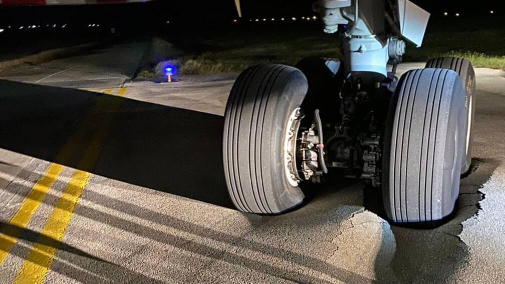 De fire hjul på den ene af del af TUI-Dreamlinerens hovedlandingsstel ses her nedsunket i asfalten på den caribiske Bonaire-lufthavn. Twitter-foto fra NL Nieuws @NieuwsNu123