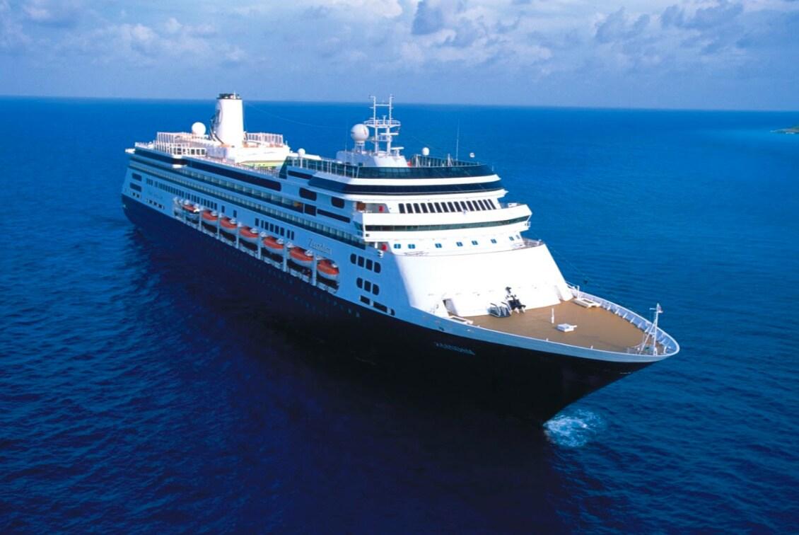 Med 1.243 gæster og en besætning på 586 har MS Zaandam fra Holland America Line i over ti dage været til søs på vej fra Chile til Fort Lauderdale. Ingen havne vil modtage skibet, der angiveligt har 40 gæster og 47 besætningsmedlemmer med hvad der frygtes er corona-virus. Arkivfoto fra Holland America Line.